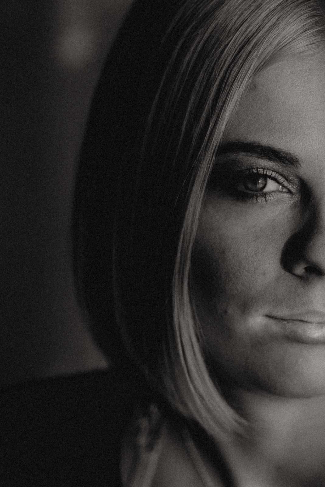 Close Up Portrait einer Frau in schwarz-weiss