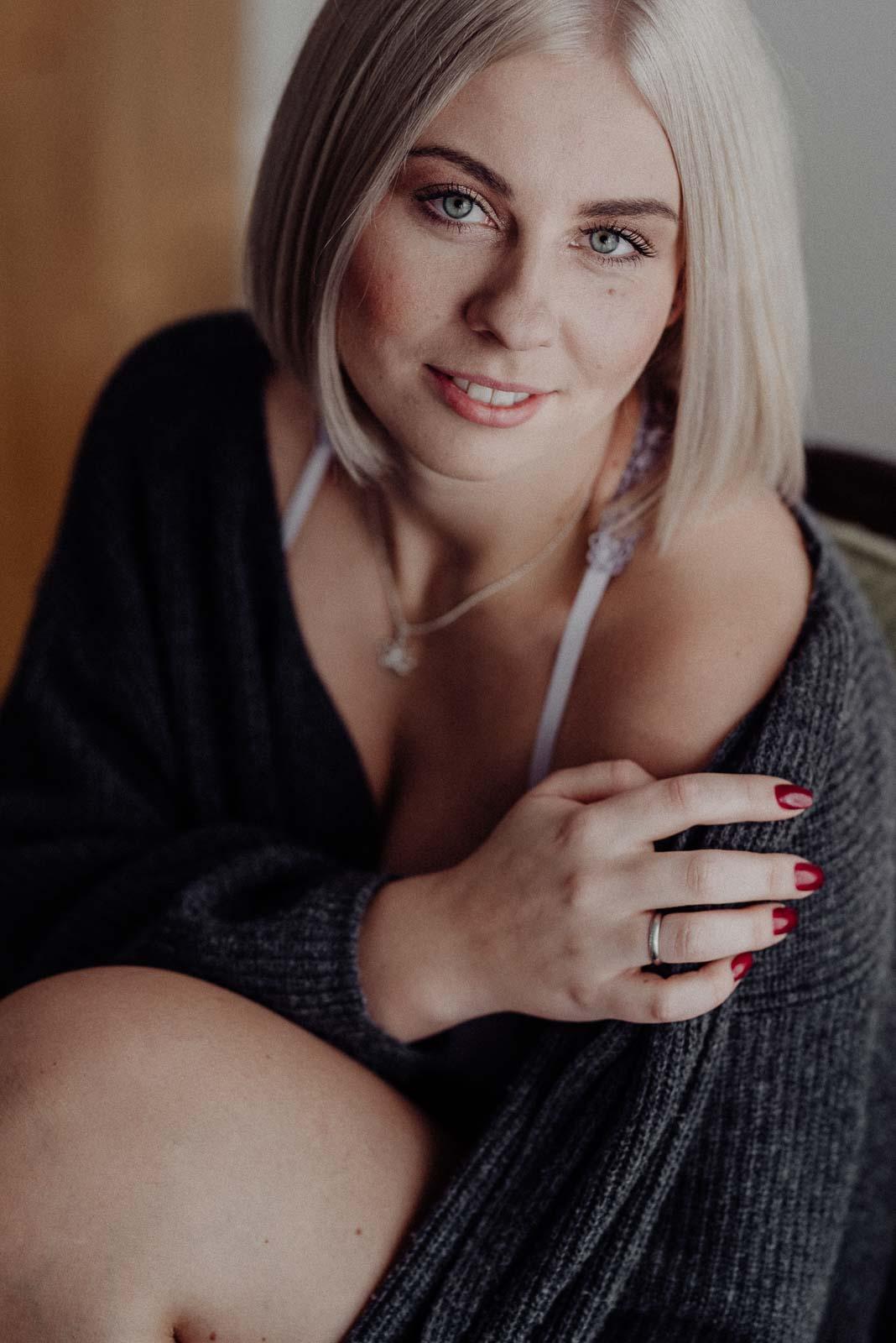 Frau mit blonden Haaren schaut in die Kamera