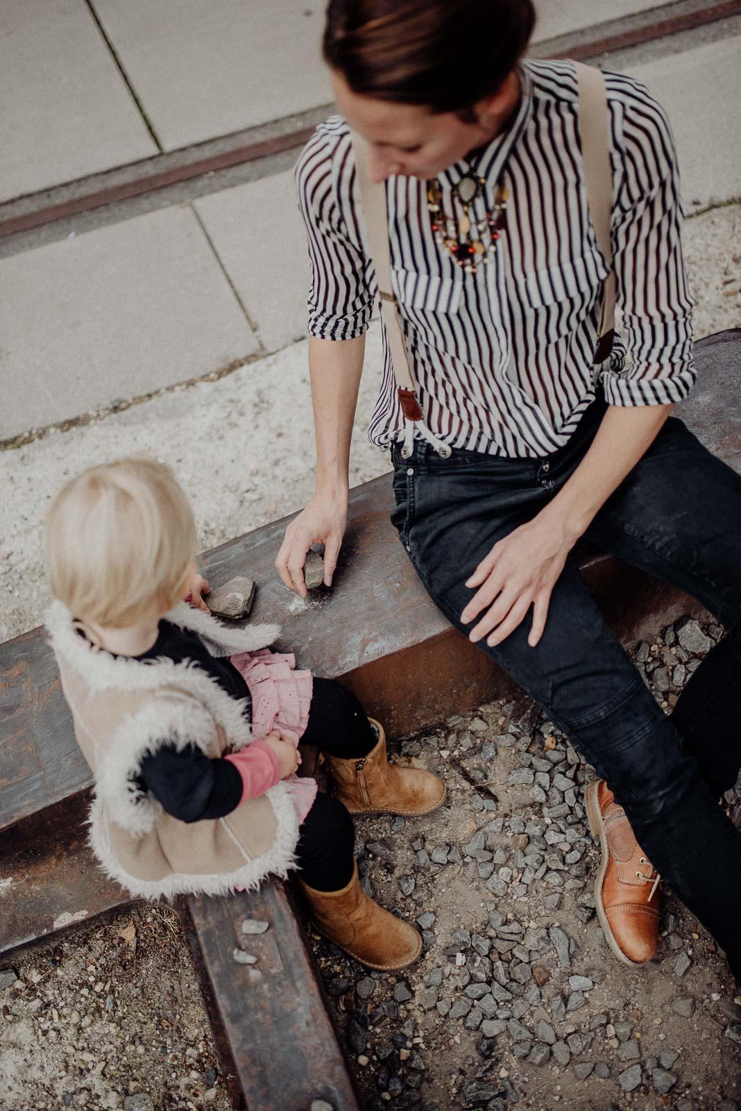 Mutter und Tochter beim Spiel mit Steinen