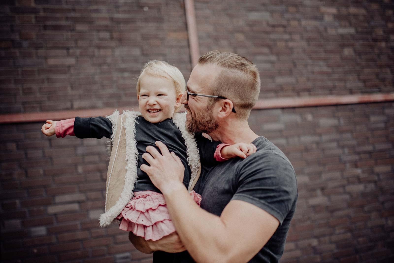 Tochter und Vater bei Familienfotoshooting