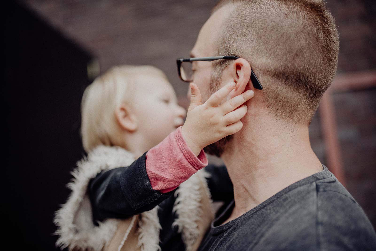Ava kitzelt Papa hinterm Ohr