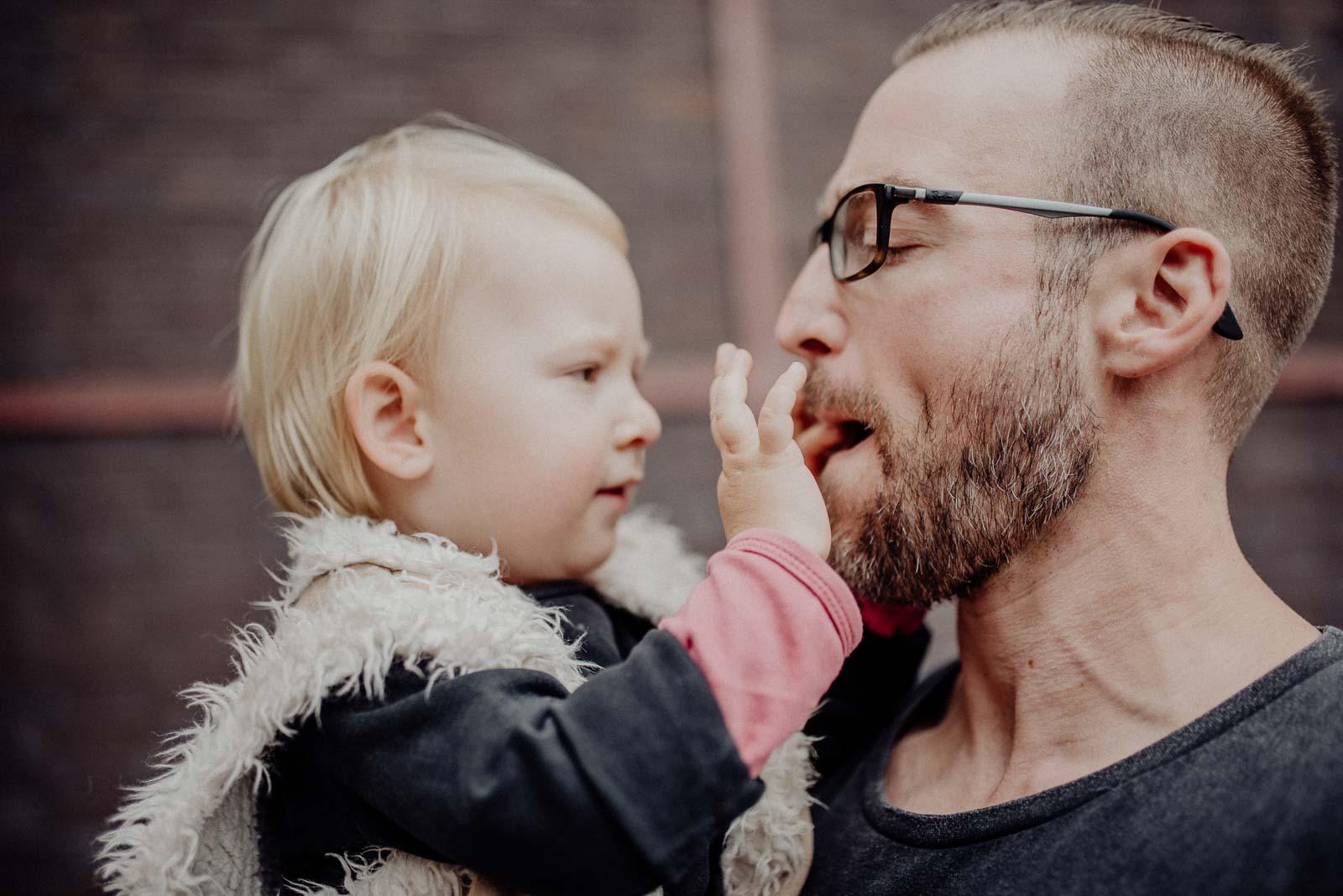 Tochter und Papa blödeln rum