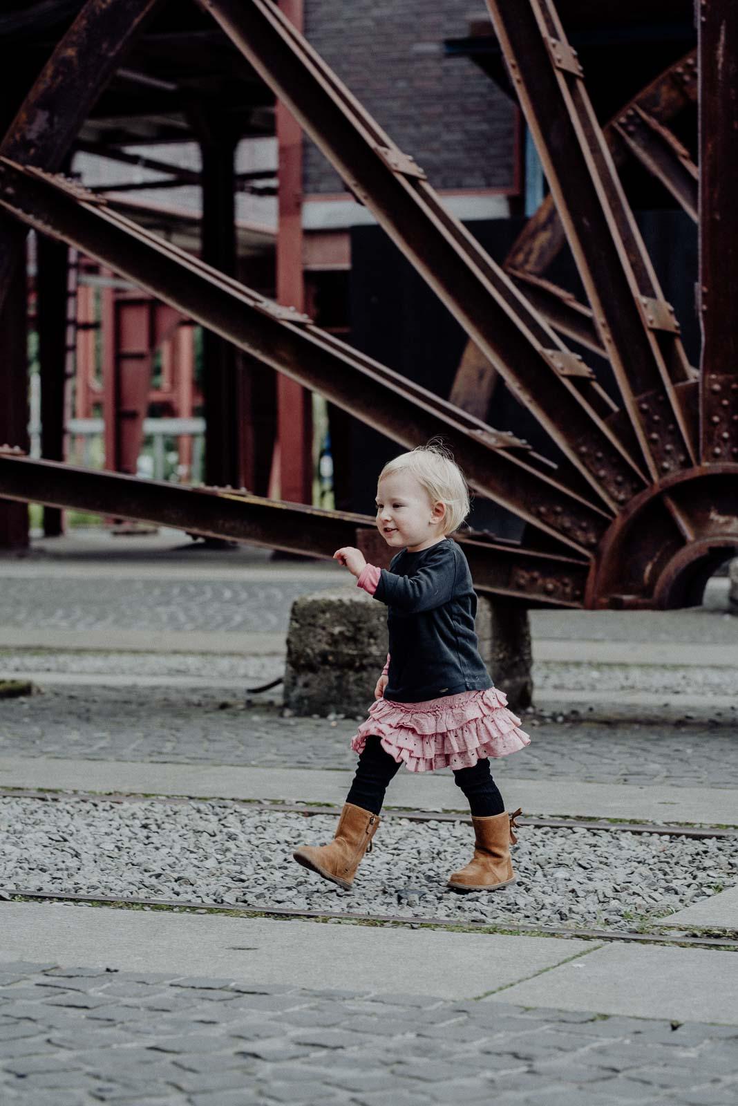 Kleines Mädchen auf Entdeckungstour