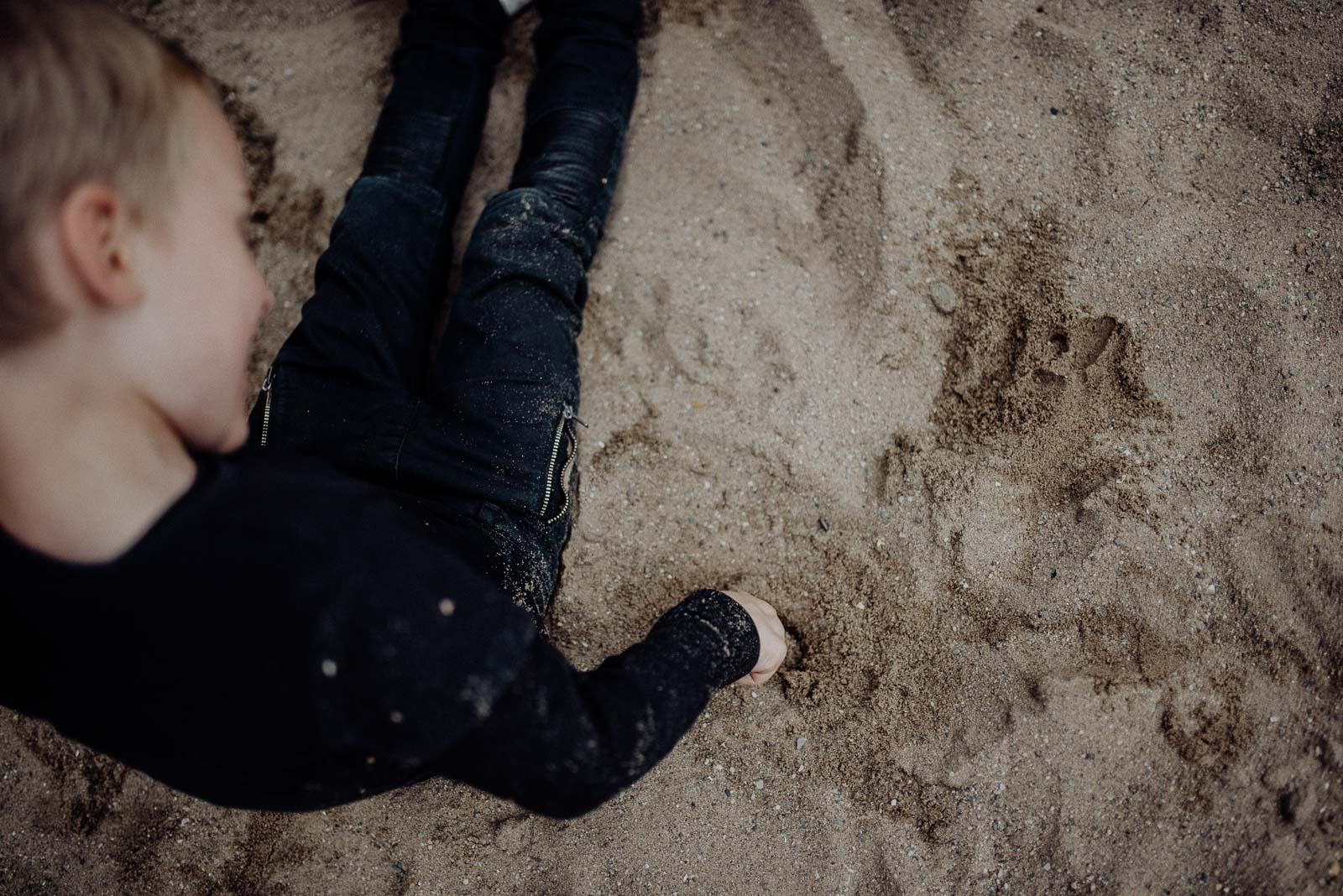 Spiel im Sand beim Fotoshooting