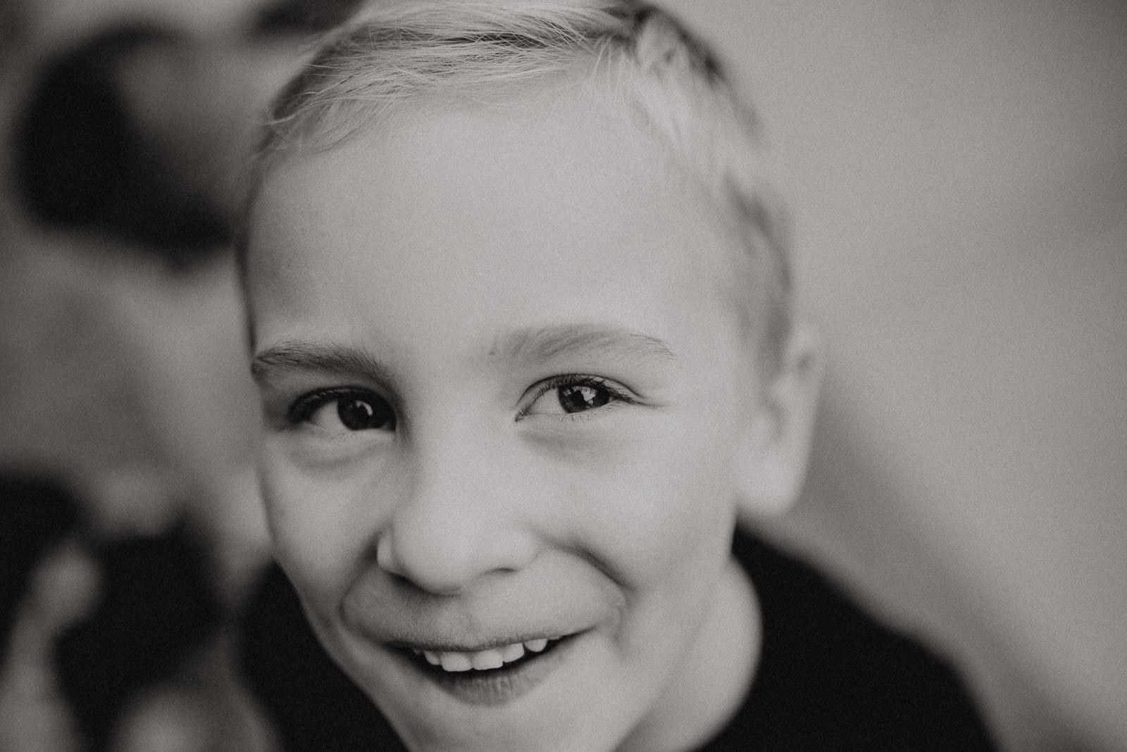 Portrait eines kleinen Jungen beim Spiel