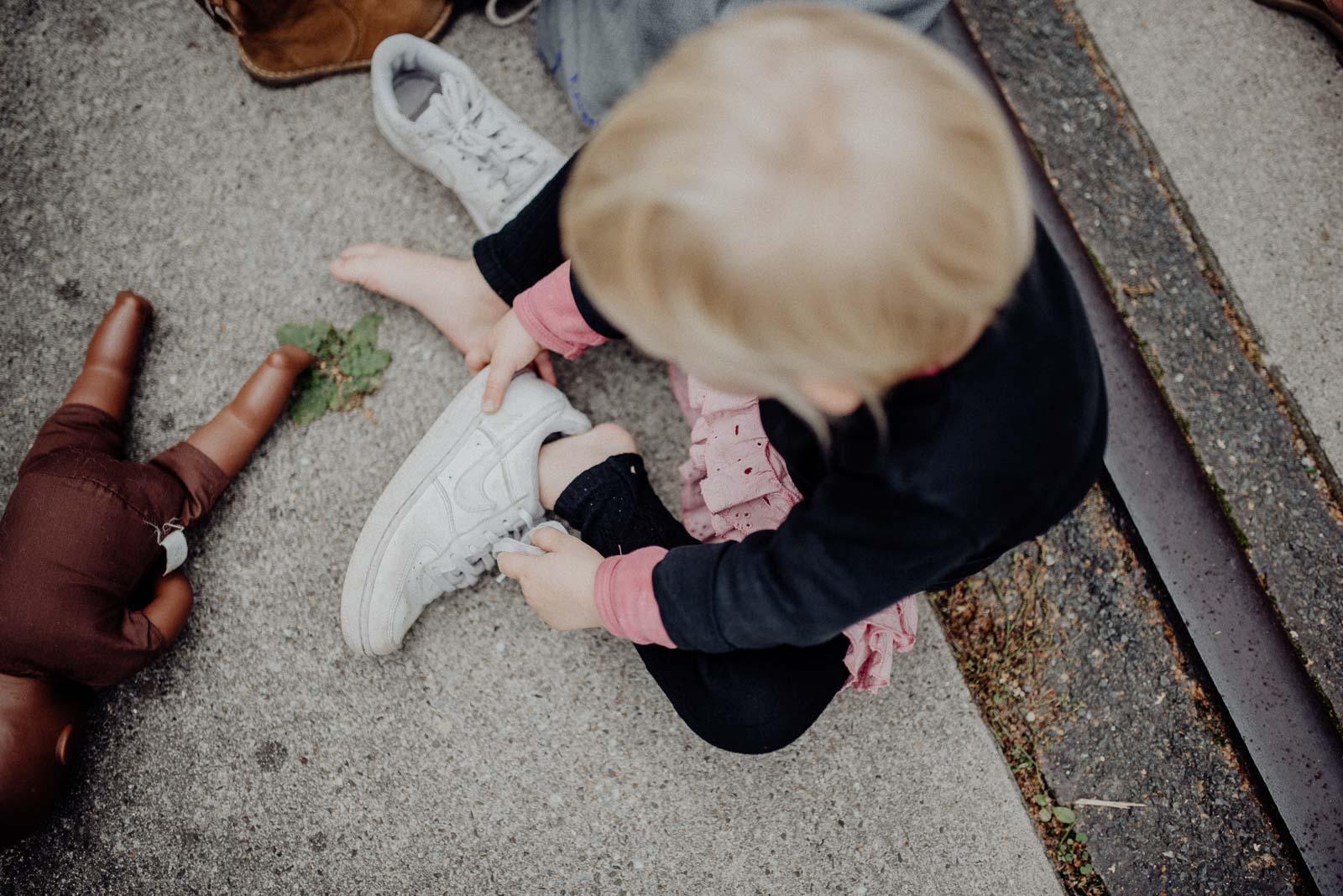 Ava zieht die Schuhe Ihres großen Bruders an