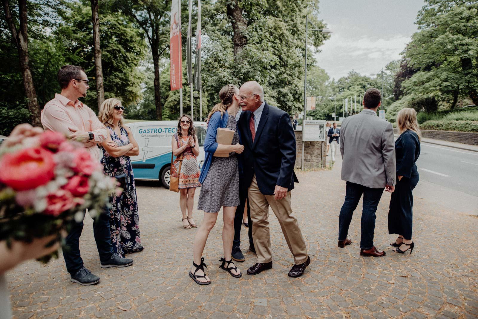 Die Hochzeitsgaeste begruesssen sich