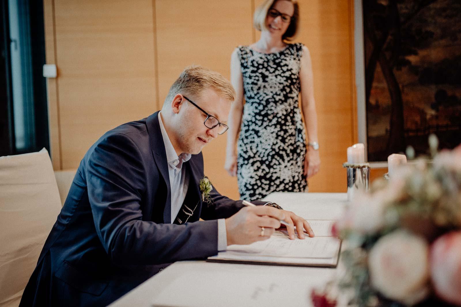 Unterschrift nach der Trauung