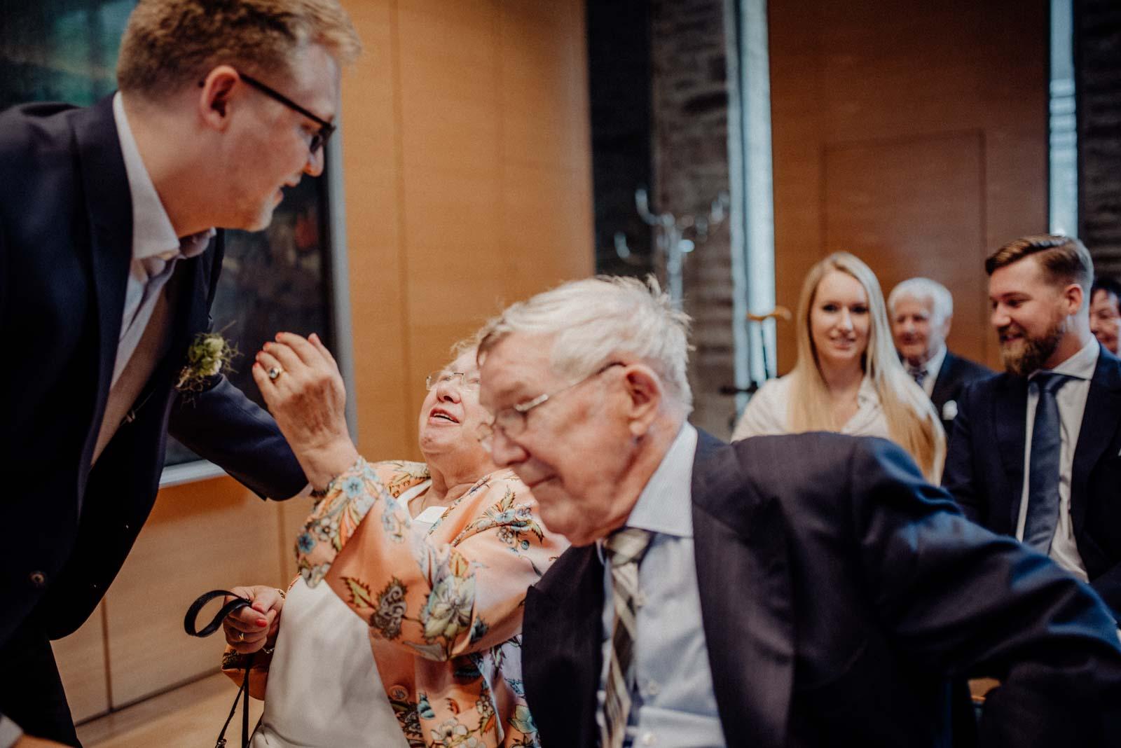 Oma gratuliert zur Hochzeit