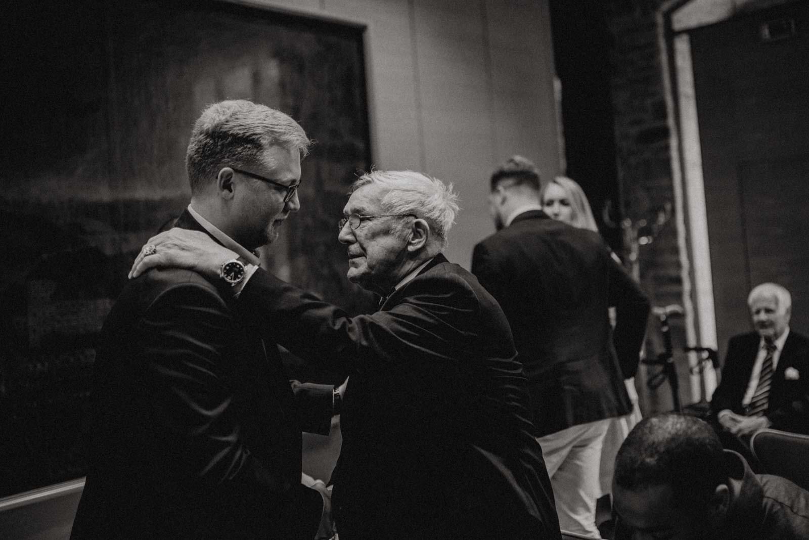 Opa gratukliert zur Hochzeit