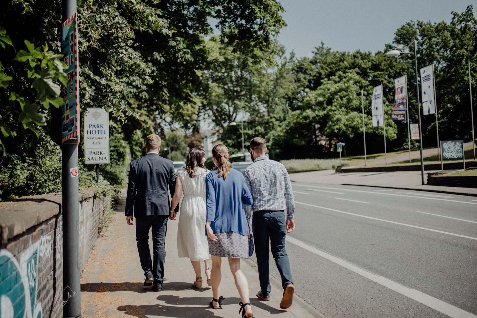 Auf dem Weg zur Hochzeitsfeier