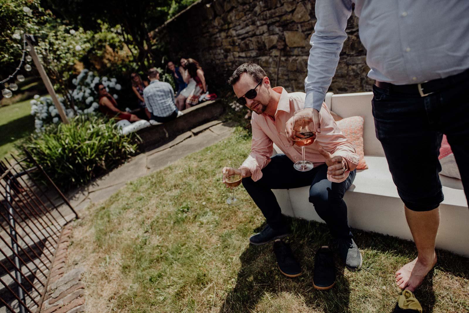 Abkuehlung am Hochzeitstag im Kneippbecken