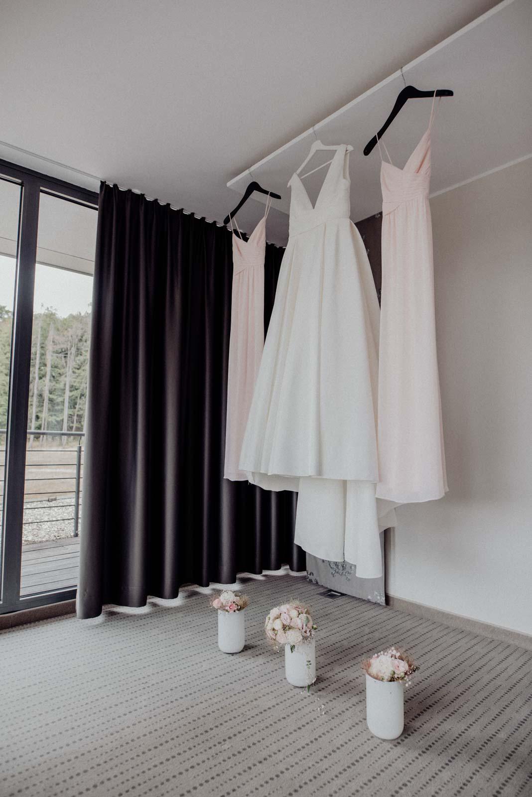 Brautkleid und Kleider der Brautjungfern beim Getting Ready