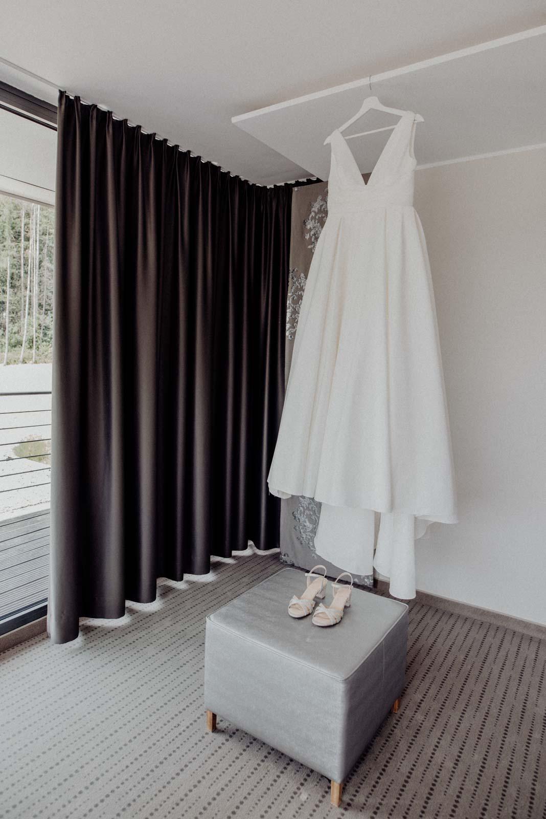 Hochzeitskleid beim Getting Ready im Hotel