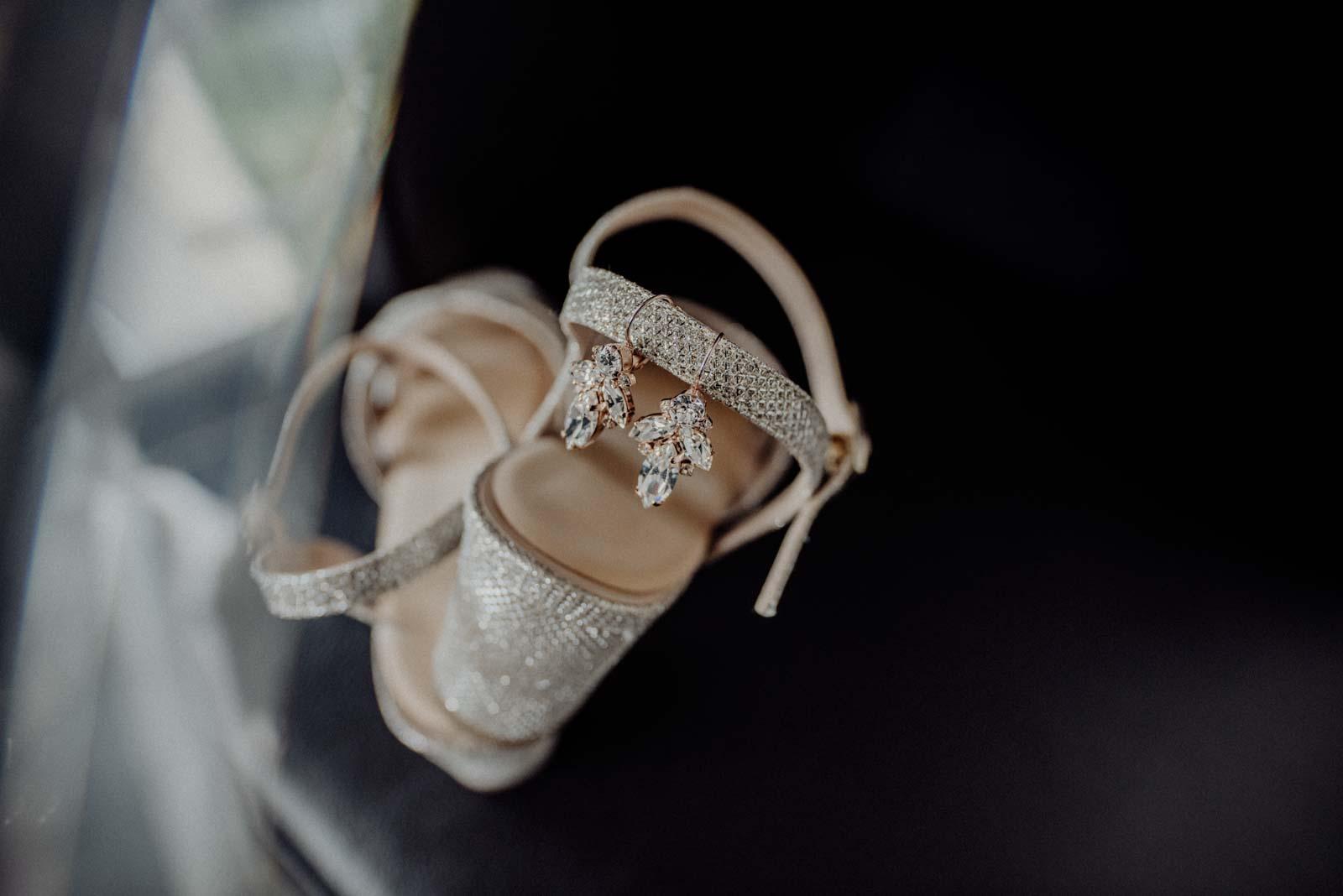 Funkelnde Brautschuhe und Brautschmuck