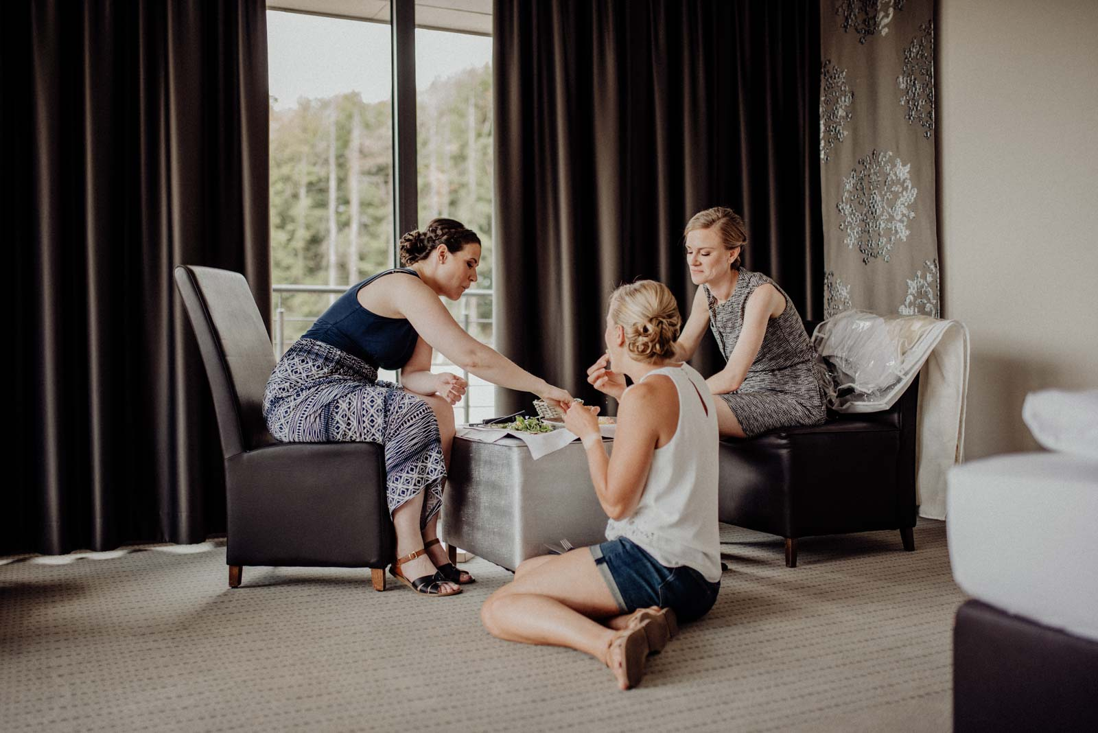 Üciknick auif dem hotelzimmer mit Braut und Brautjungfern