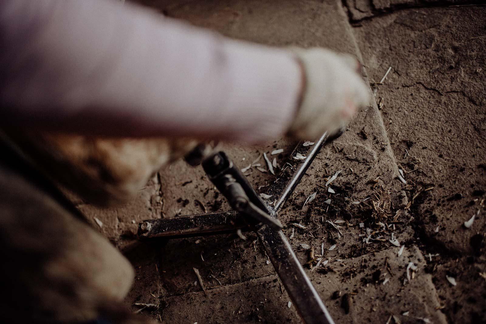 Detailaufnahme von Hufraspeln auf dem Boden