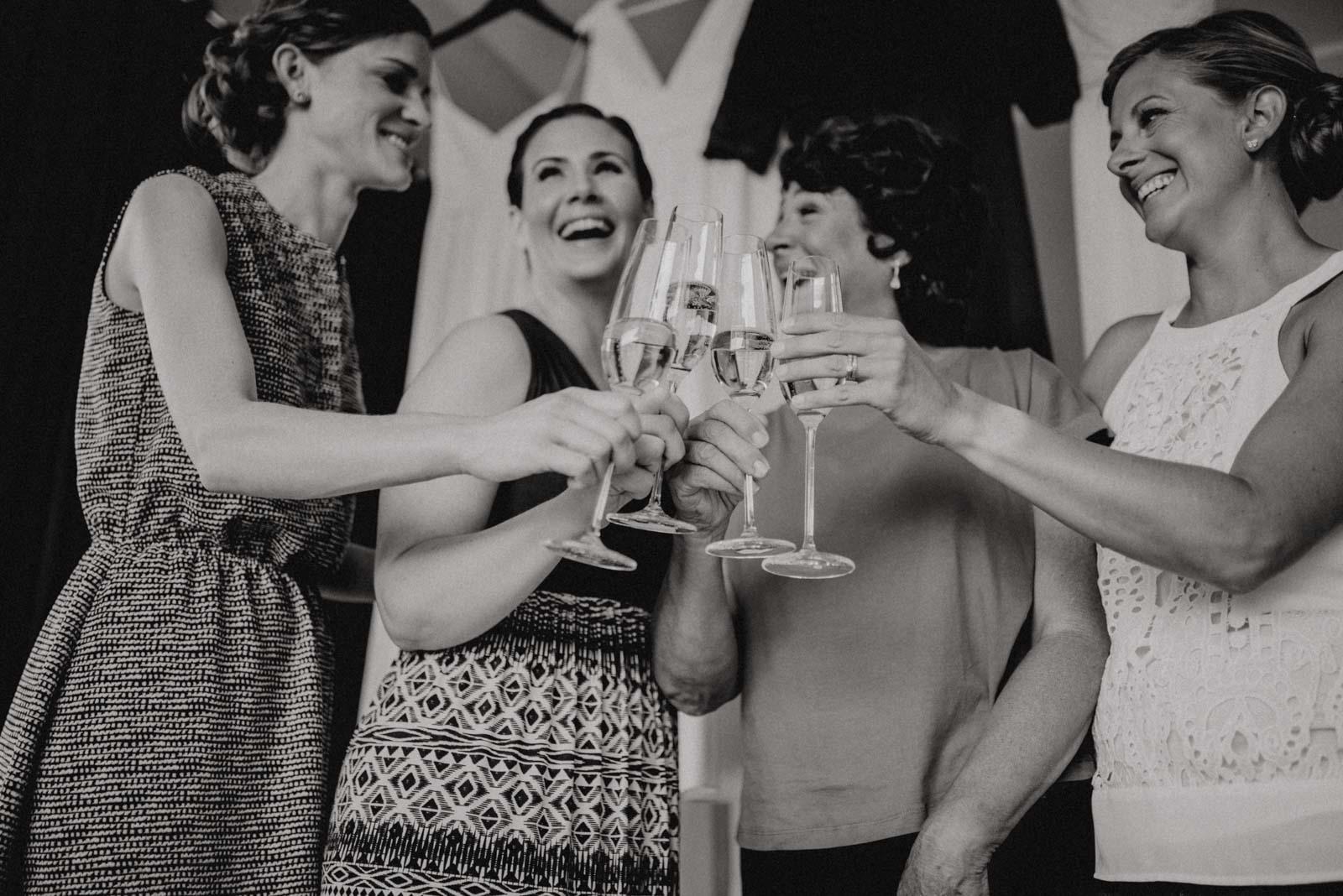 Anstoßen mit Mama und den besten Freundinnen am Tag der Hochzeit
