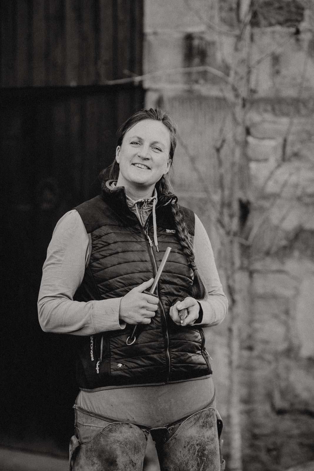 Nadine Barhufbearbeiterin beim Hufmesser schleifen