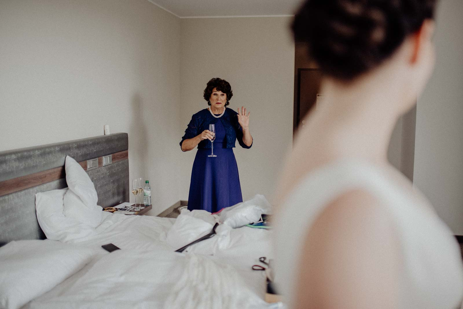 Beim mAnblick der Tochter im Brautkleid weint Mama