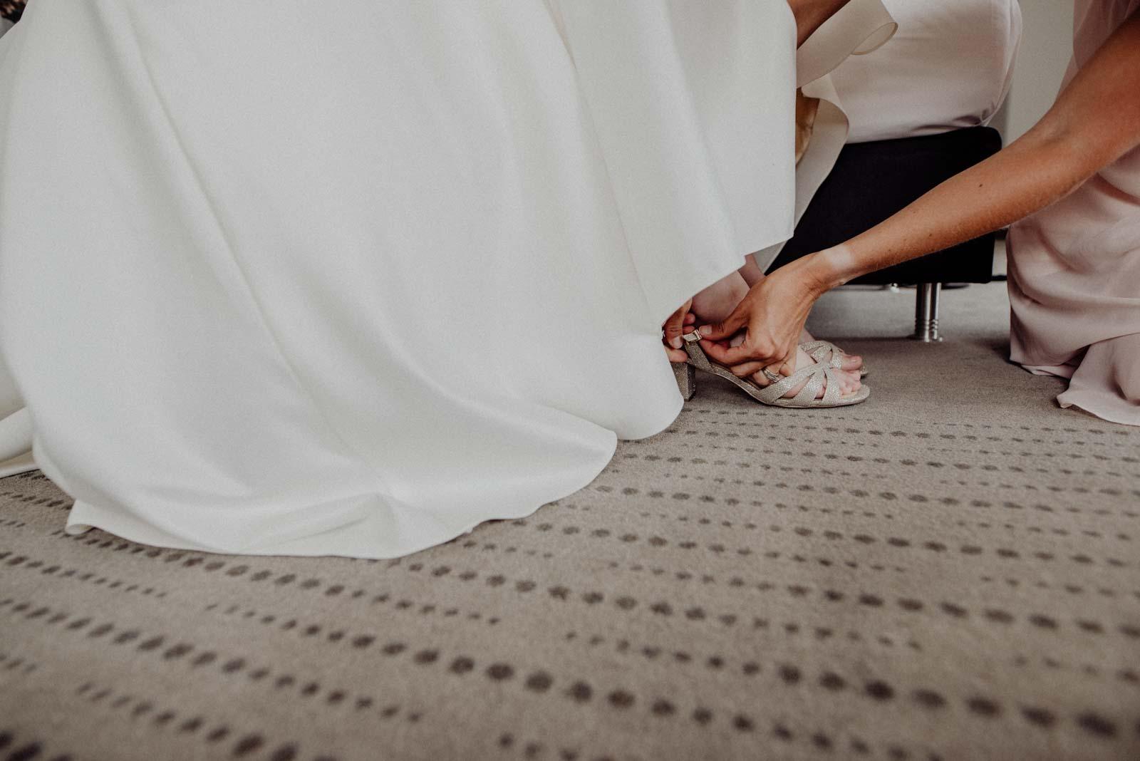 Anziehen der Brautschuhe