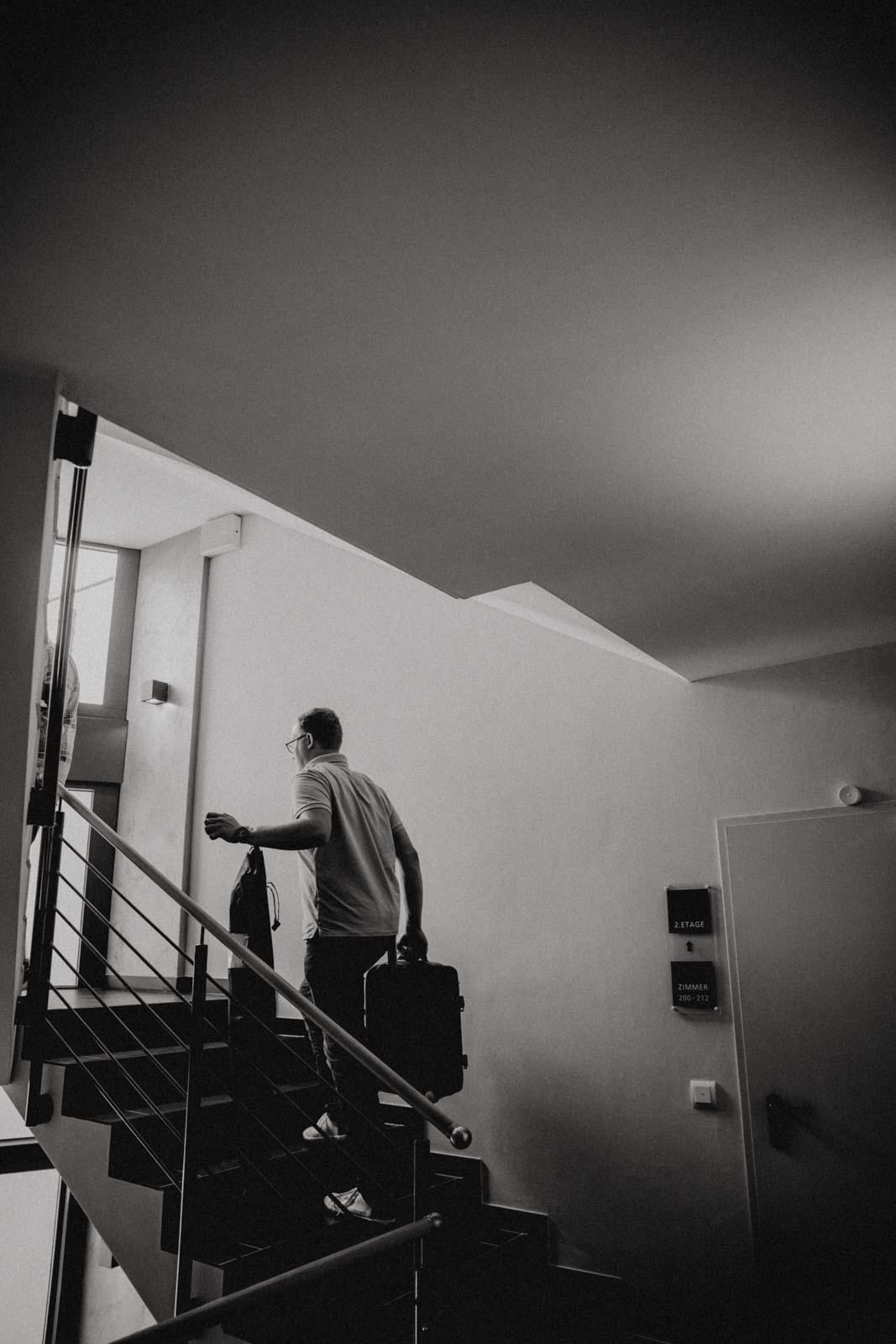 Braeutigam betritt sein Hotelzimmer