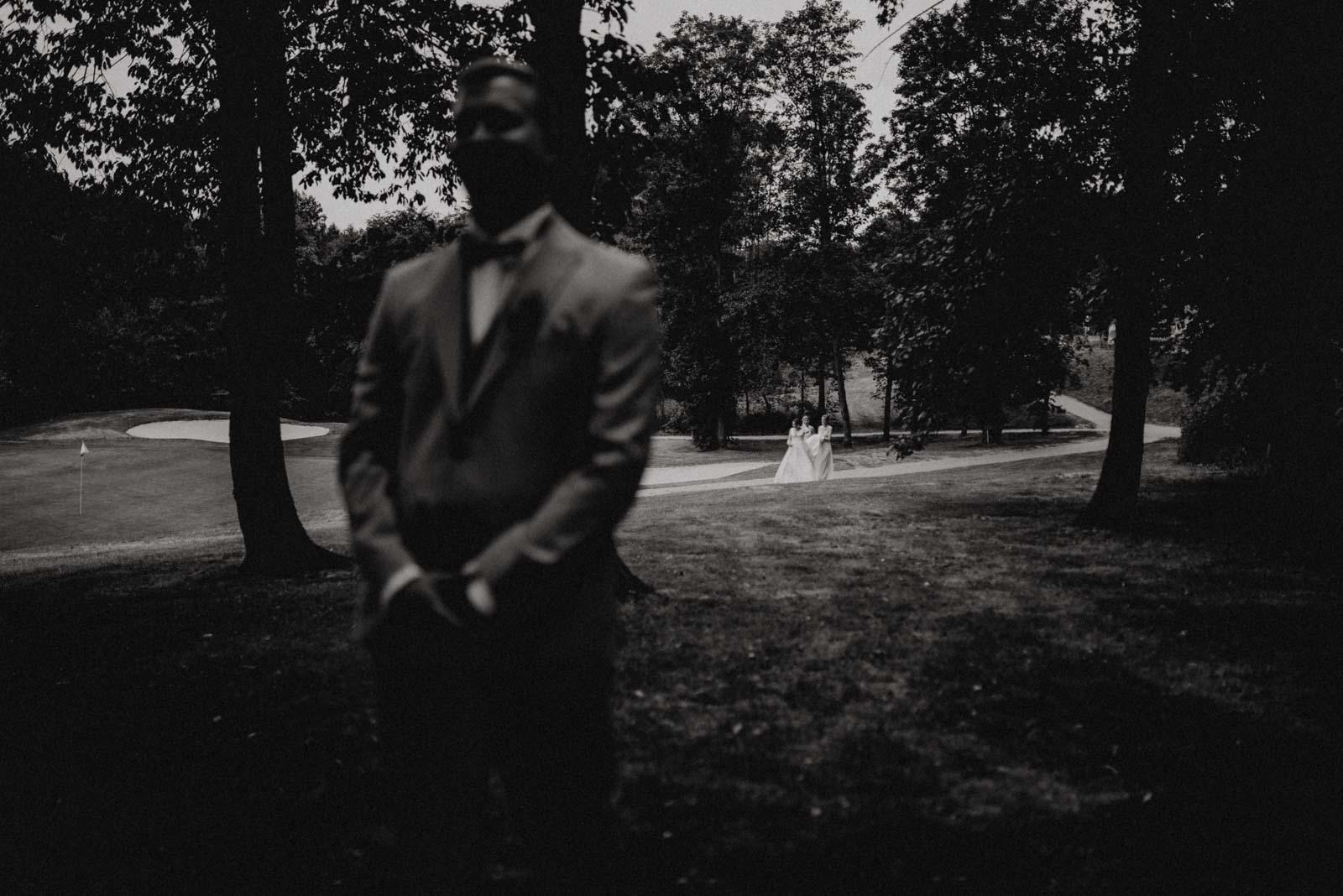 Die Braut wird von ihren Brautjungfern zu ihrem Mann geleitet