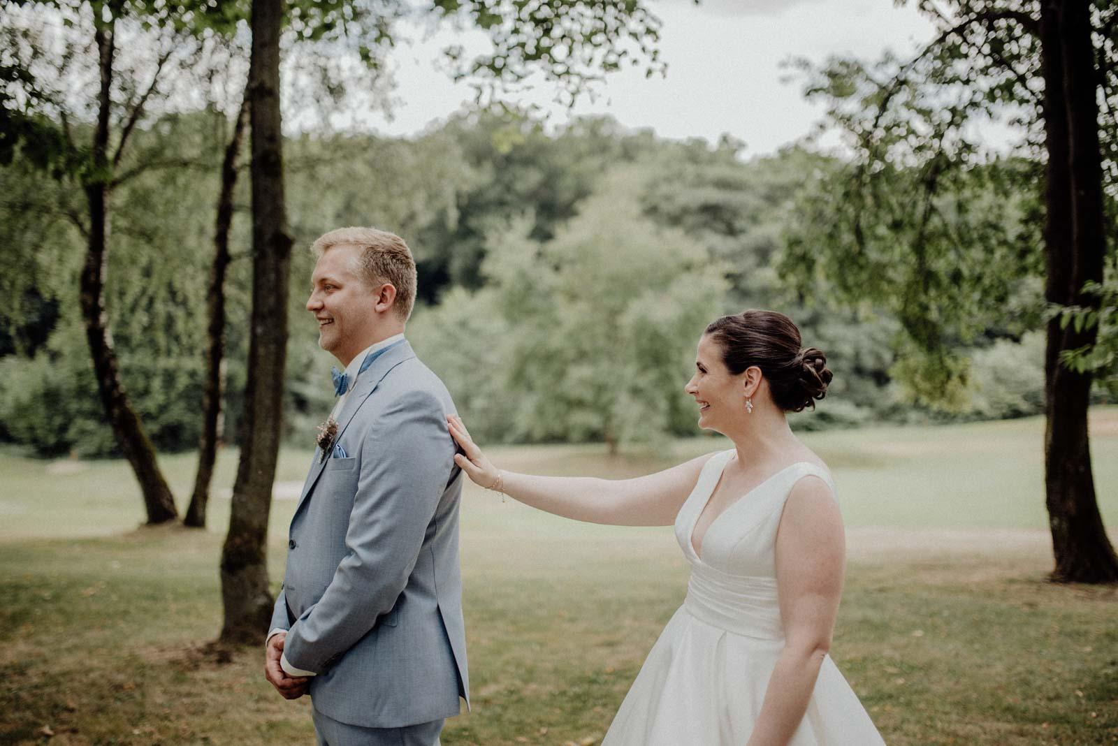 Braut und Braeutigam sehen sich zum ersten Mal