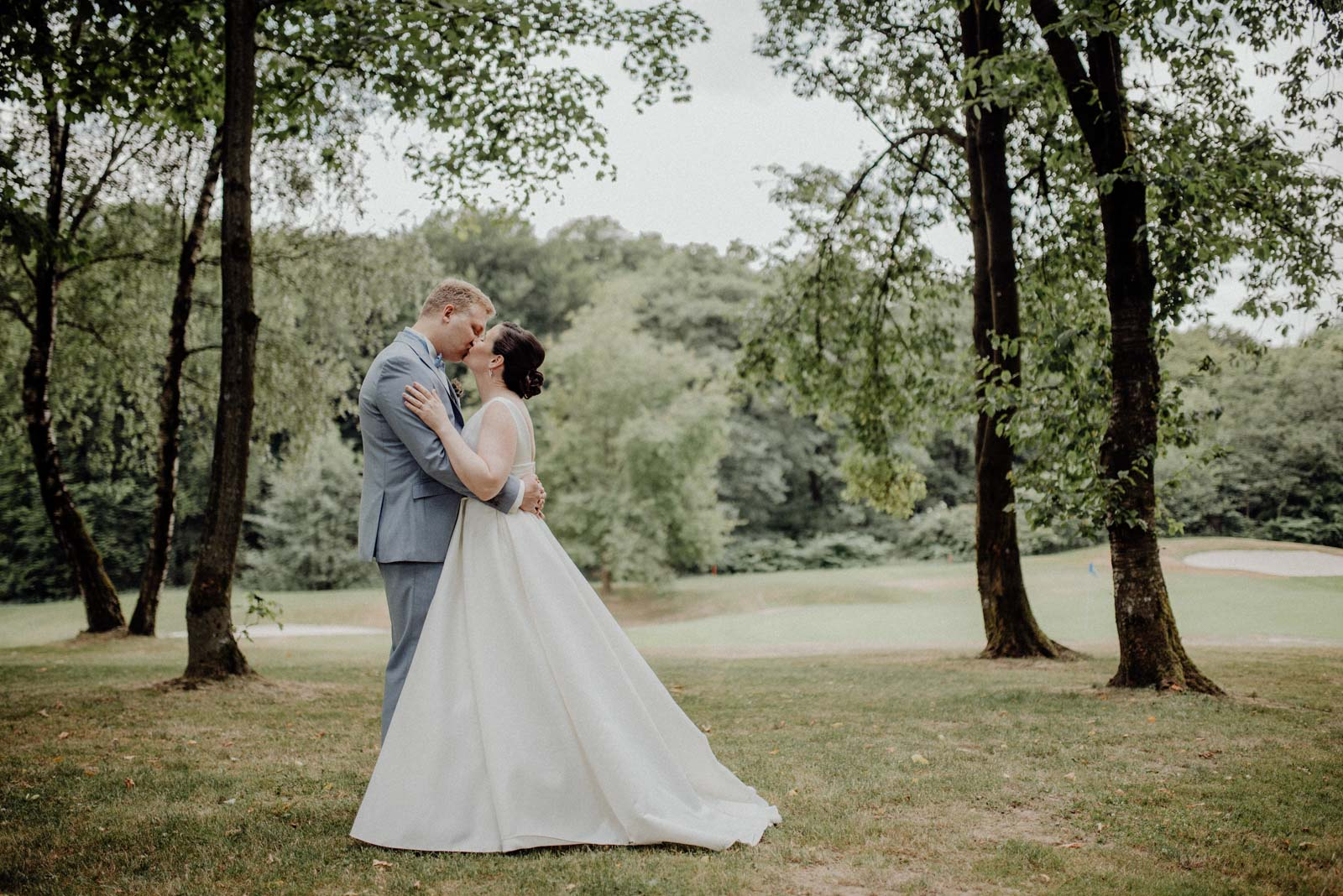 Romantischer Kuss auf dem Golfplatz im Golfhotel Vesper