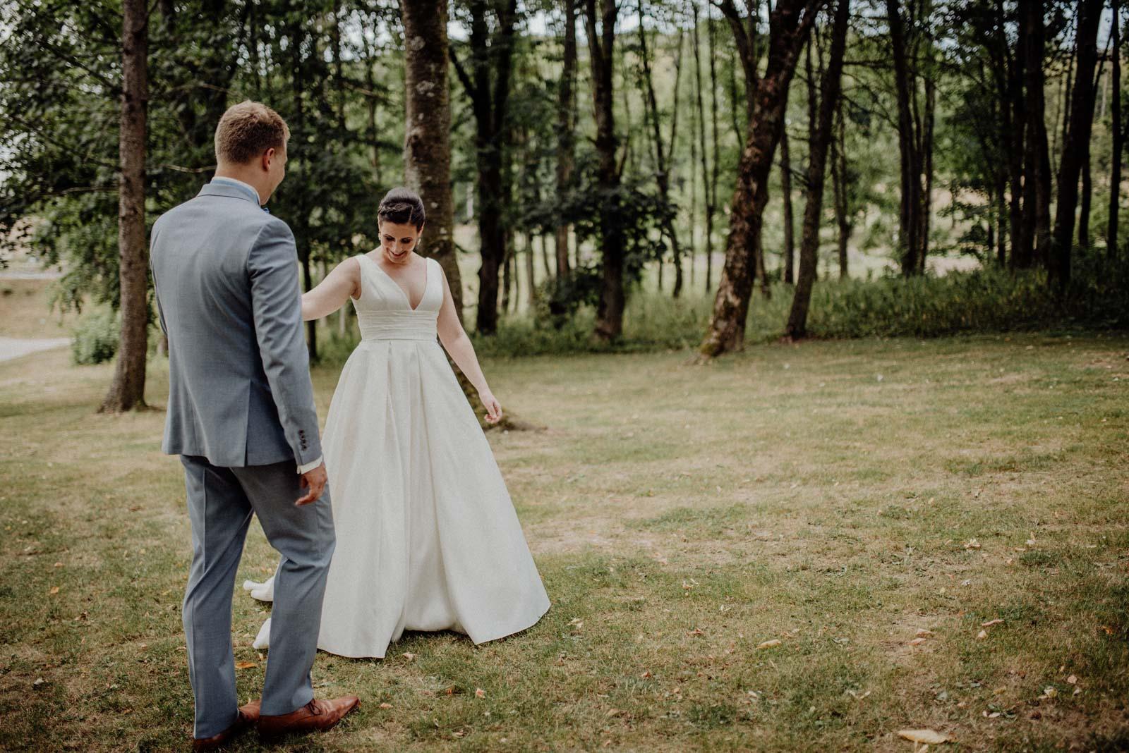 Brautpaar bewundert einander beim First Look