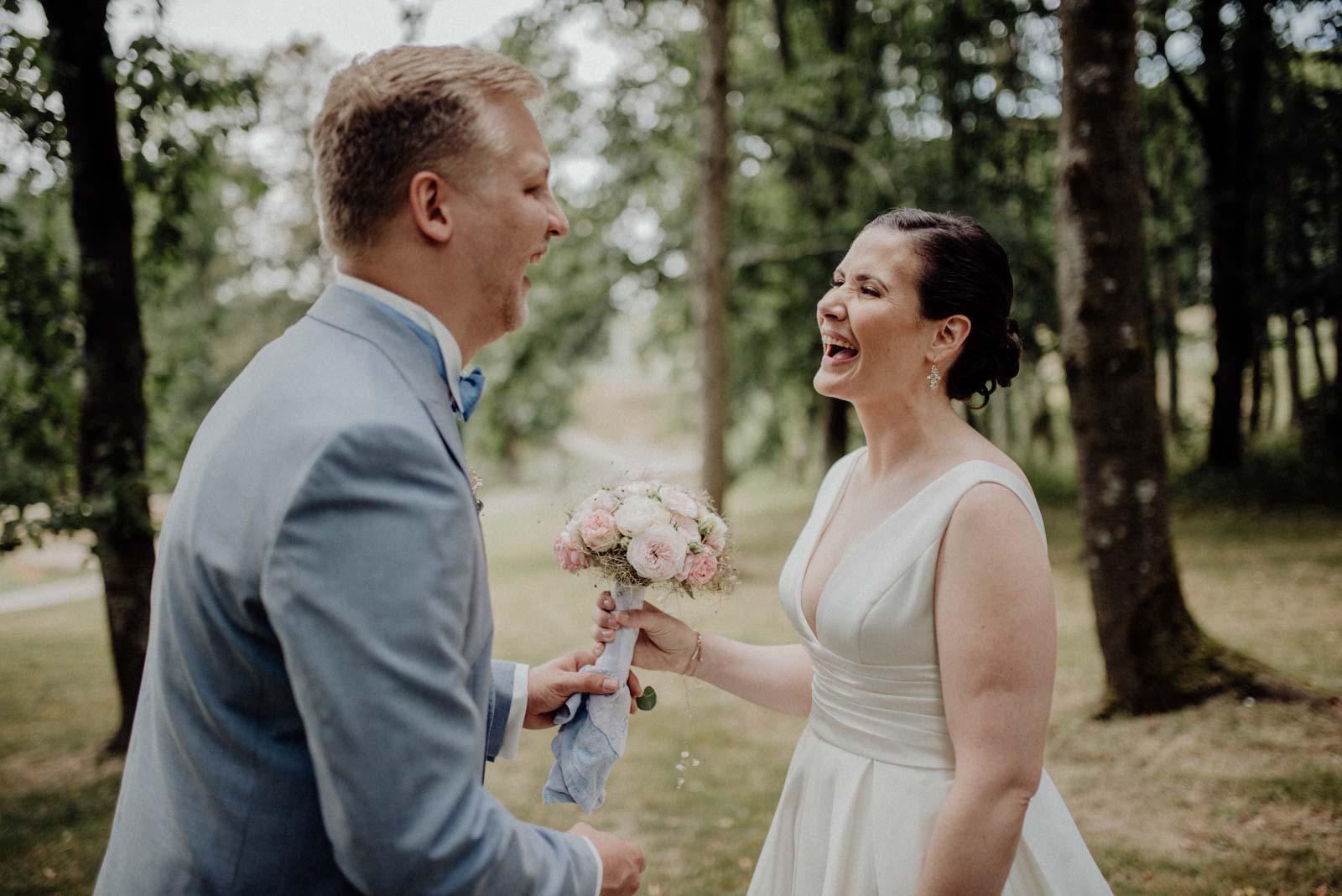 Braut hat eine Ueberraschung fuer ihren zukuenftigen Ehemann