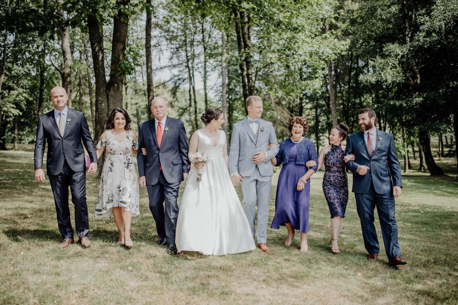 Lockere Familienfotos zur Hochzeit