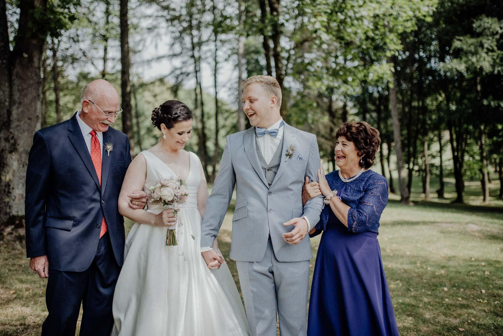 Bild mit den lachenden Eltern der Braut
