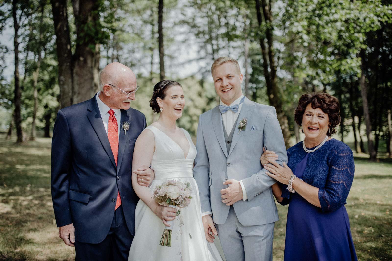 Ein Familienfoto auf dem alle lachen