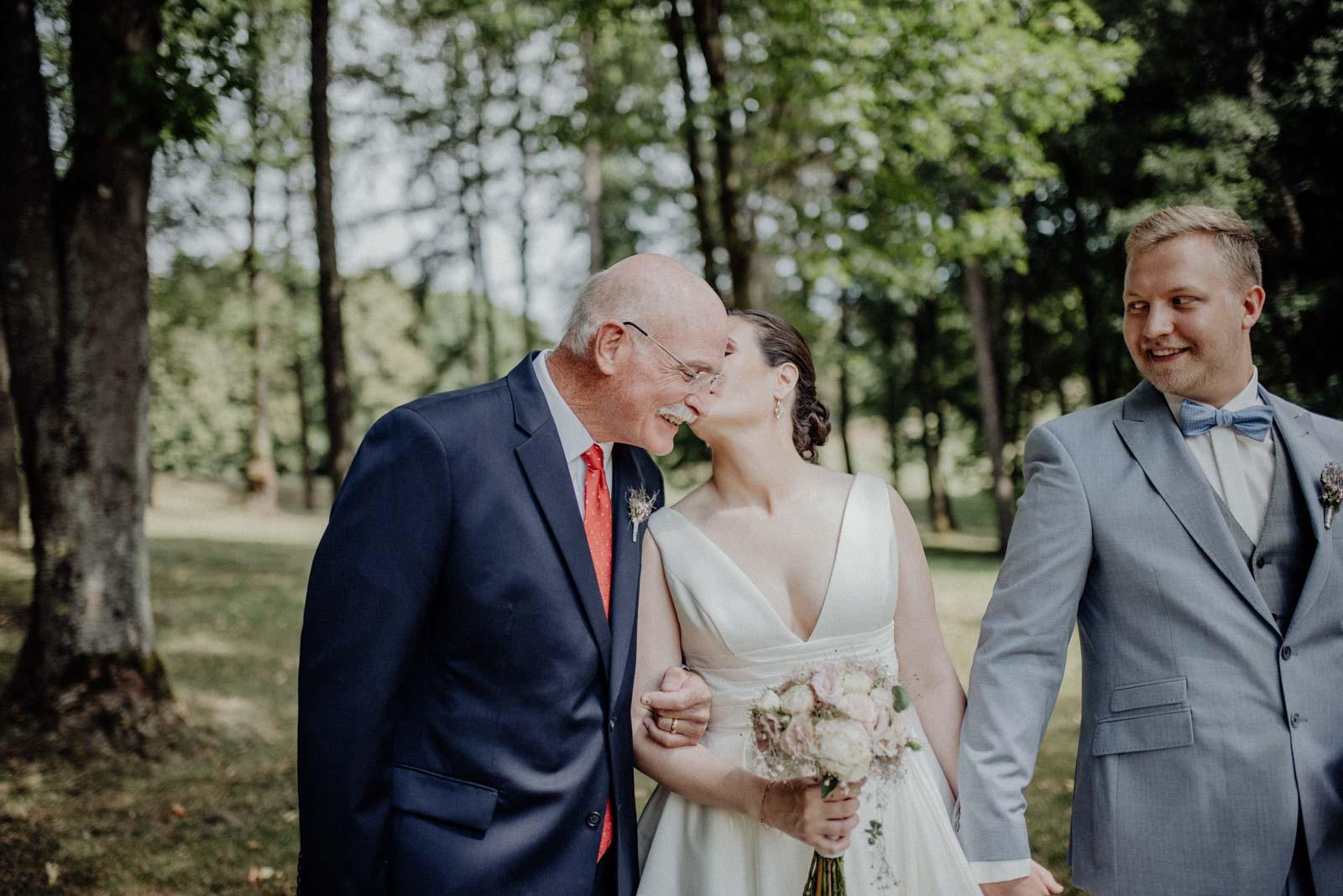 Ein Kuss auf die Wange für den Brautvater