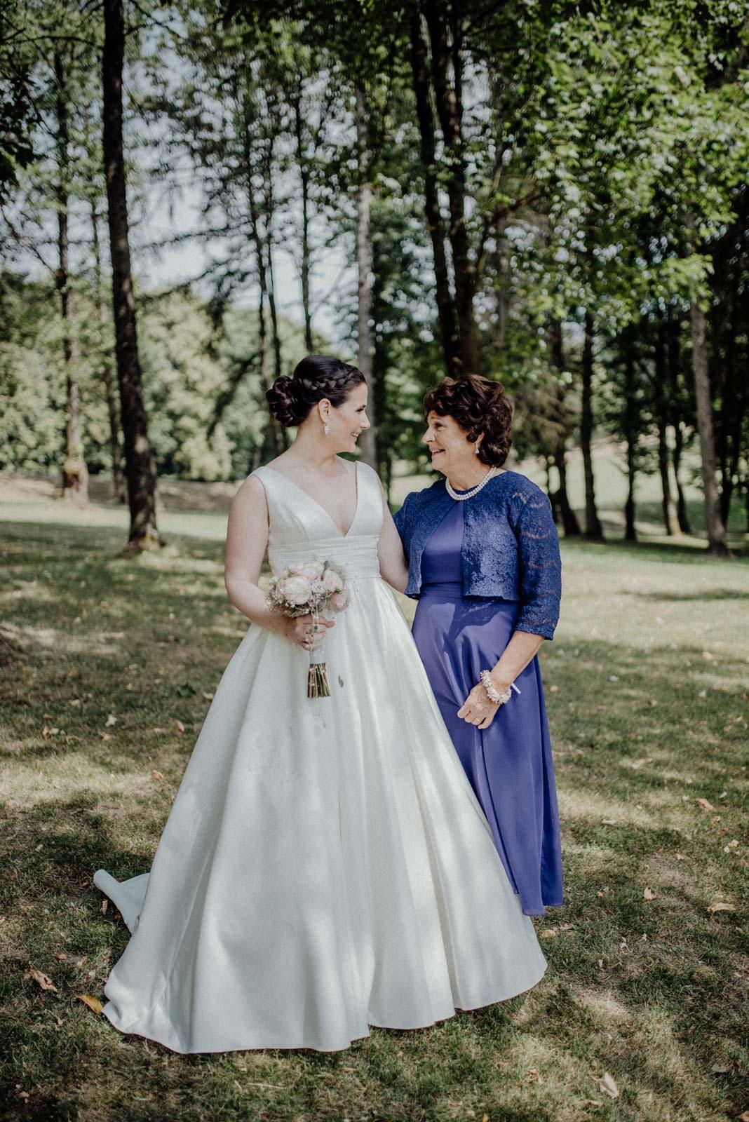 Braut und Brautmutter auf einem Foto