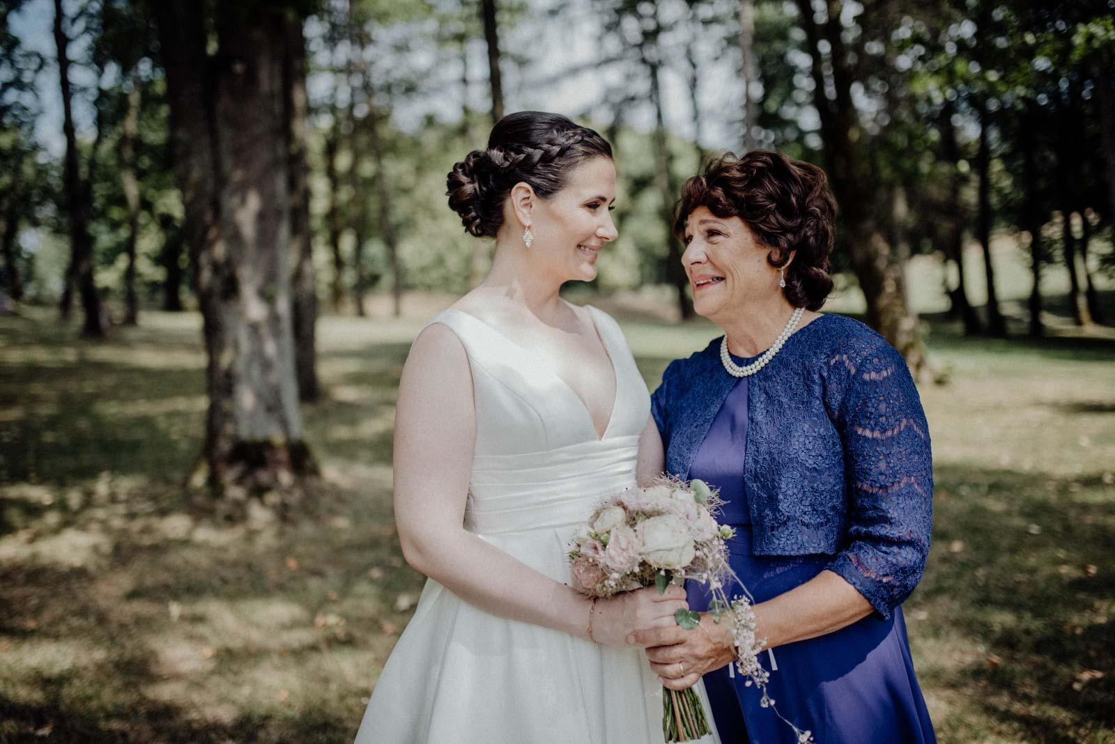 Braut und Brautmutter haben eine tiefe Verbindung