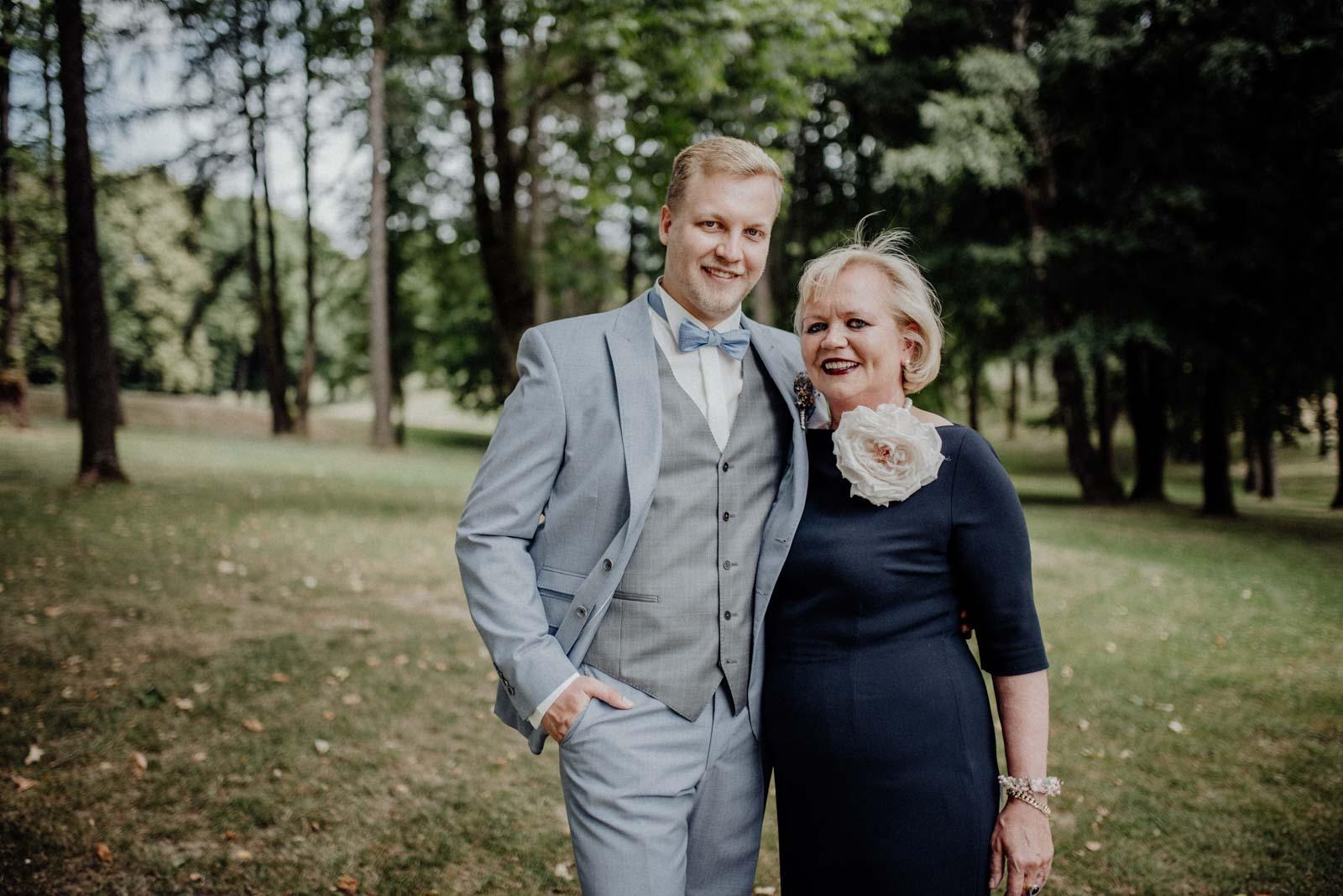 Sohn und Mutter posieren für Familienbilder