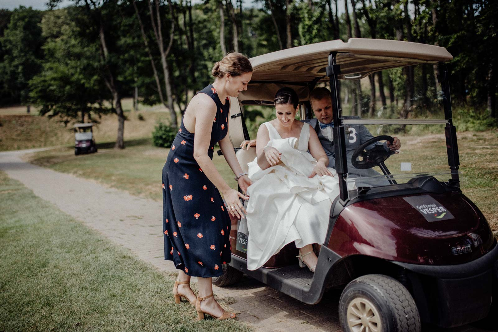 Das Brautpaar wird zum Golfcaddy geleitet