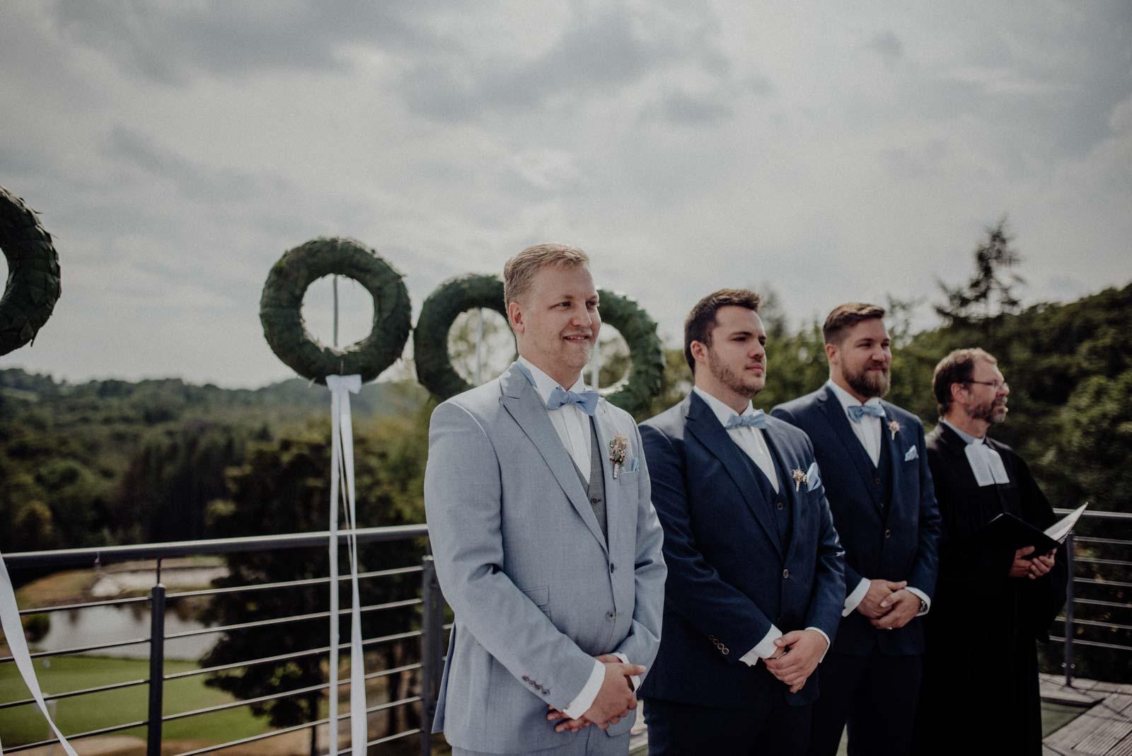 Braeutigam wartet auf die Braut