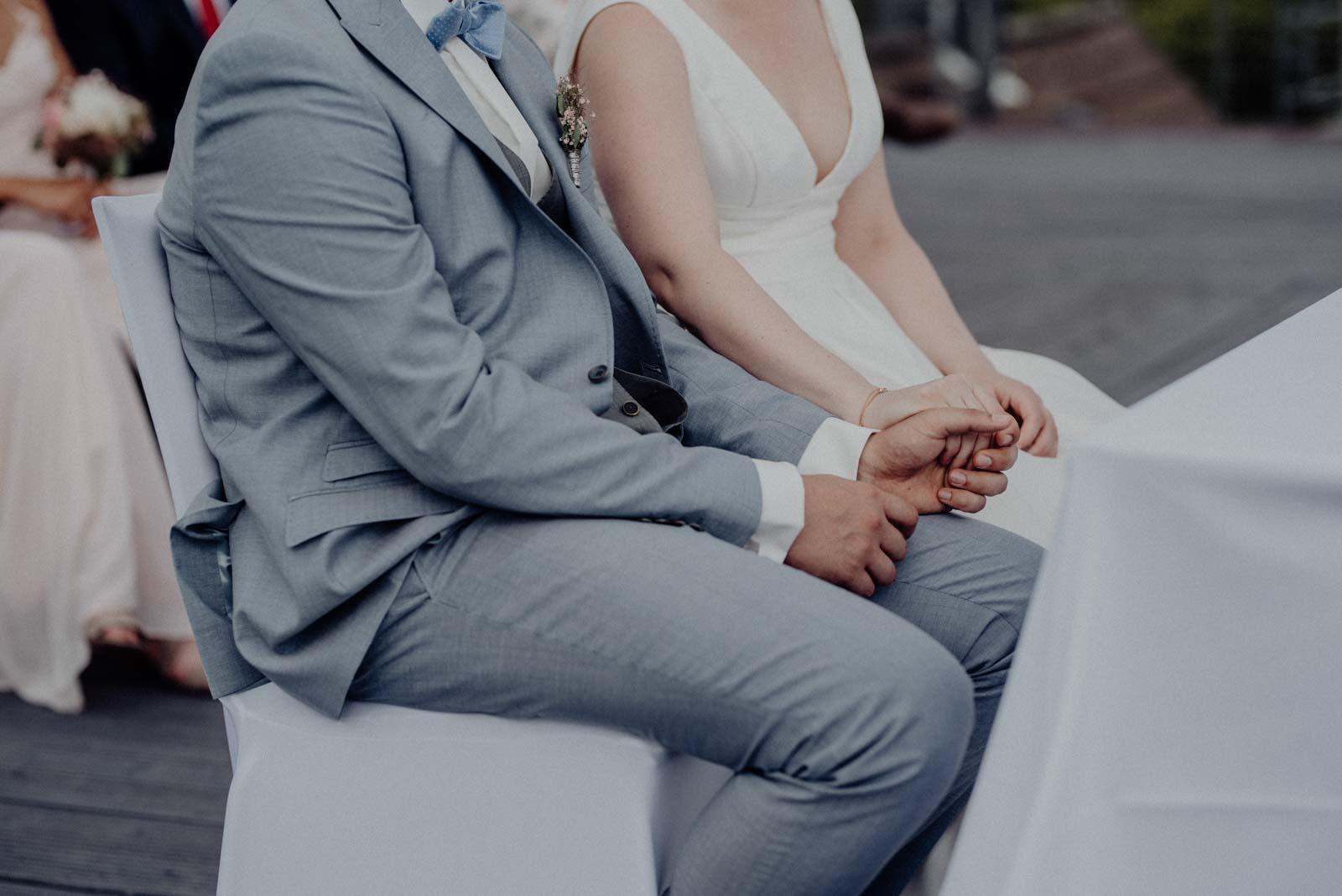Brautpaar haelt sich an den Haenden