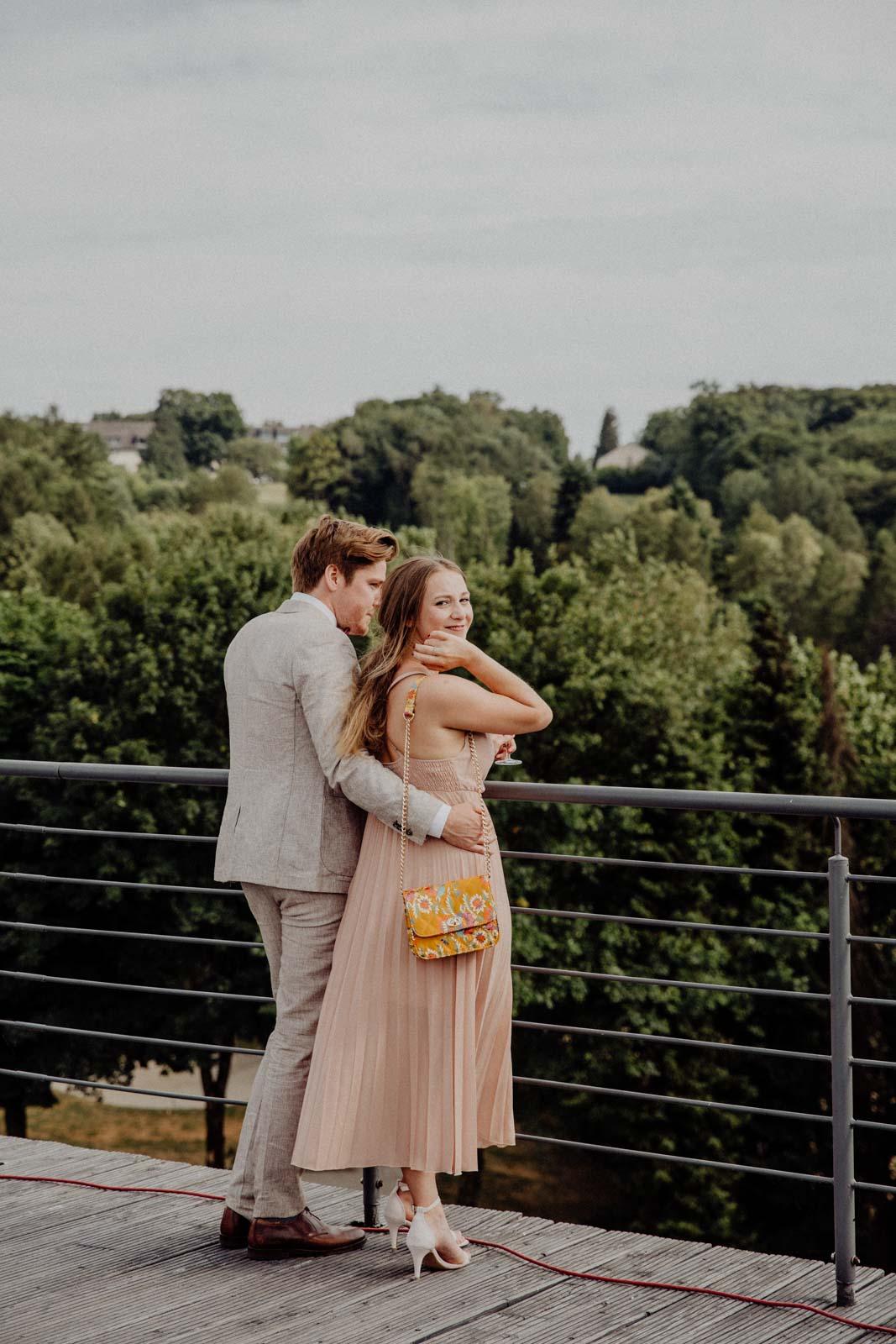 Paar genießt den Ausblick von der Dachterasse