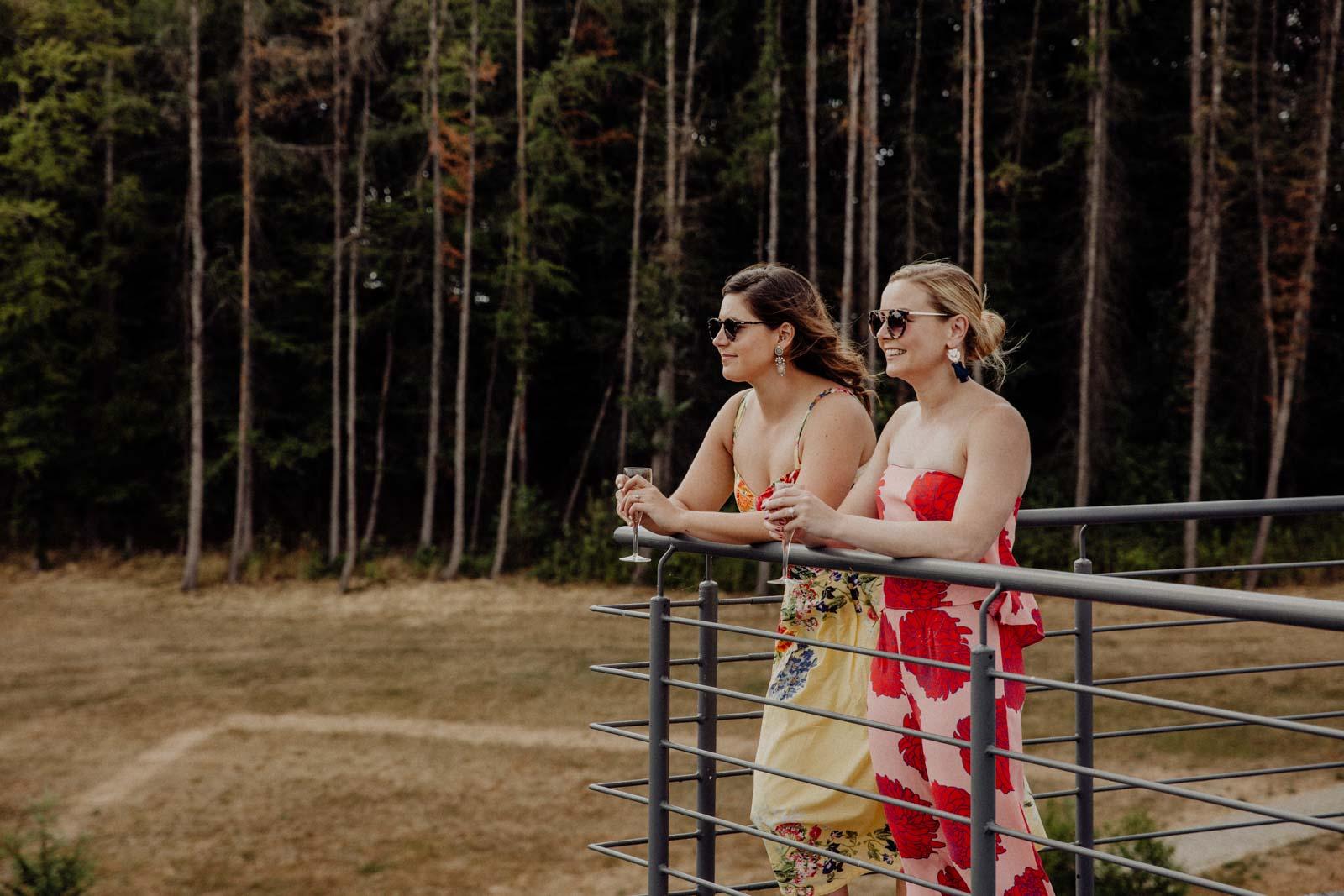 Hochzeitsgaeste genießen den Ausblick von der Dachterasse