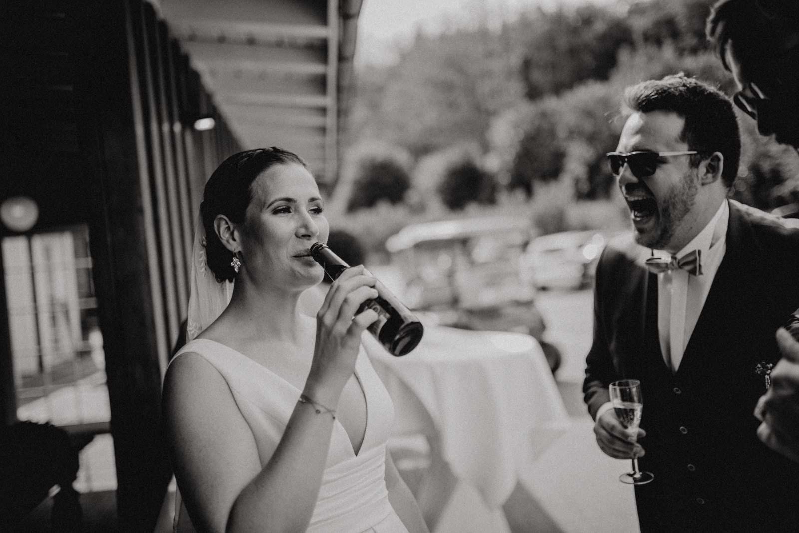 Die Braut trinkt Bier aus der Flasche