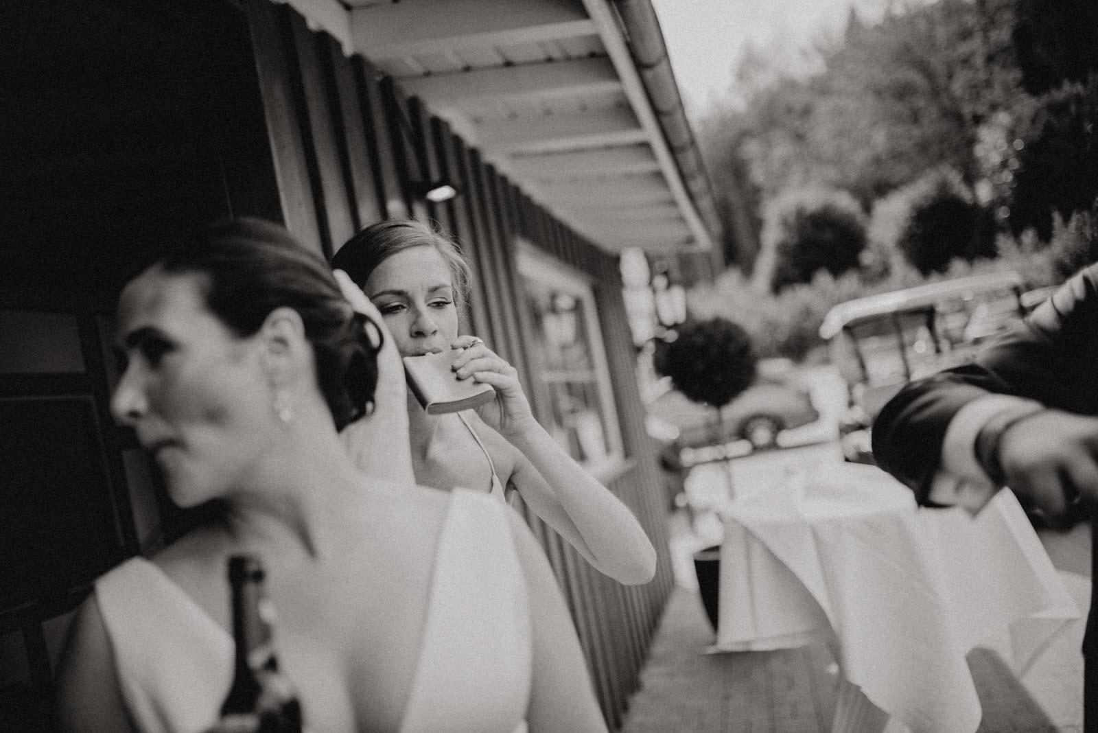Trauzeugin trinkt aus einem Flachmann