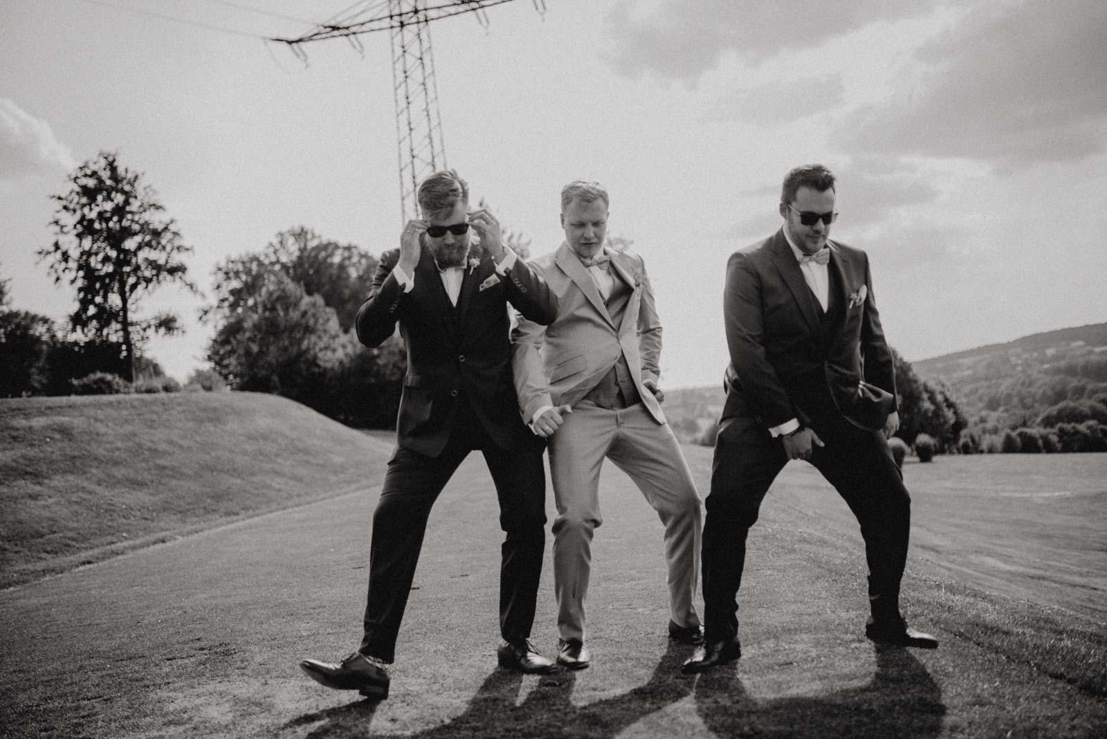 Braeutigam und seine Jungs haben einen Tanz einstudiert