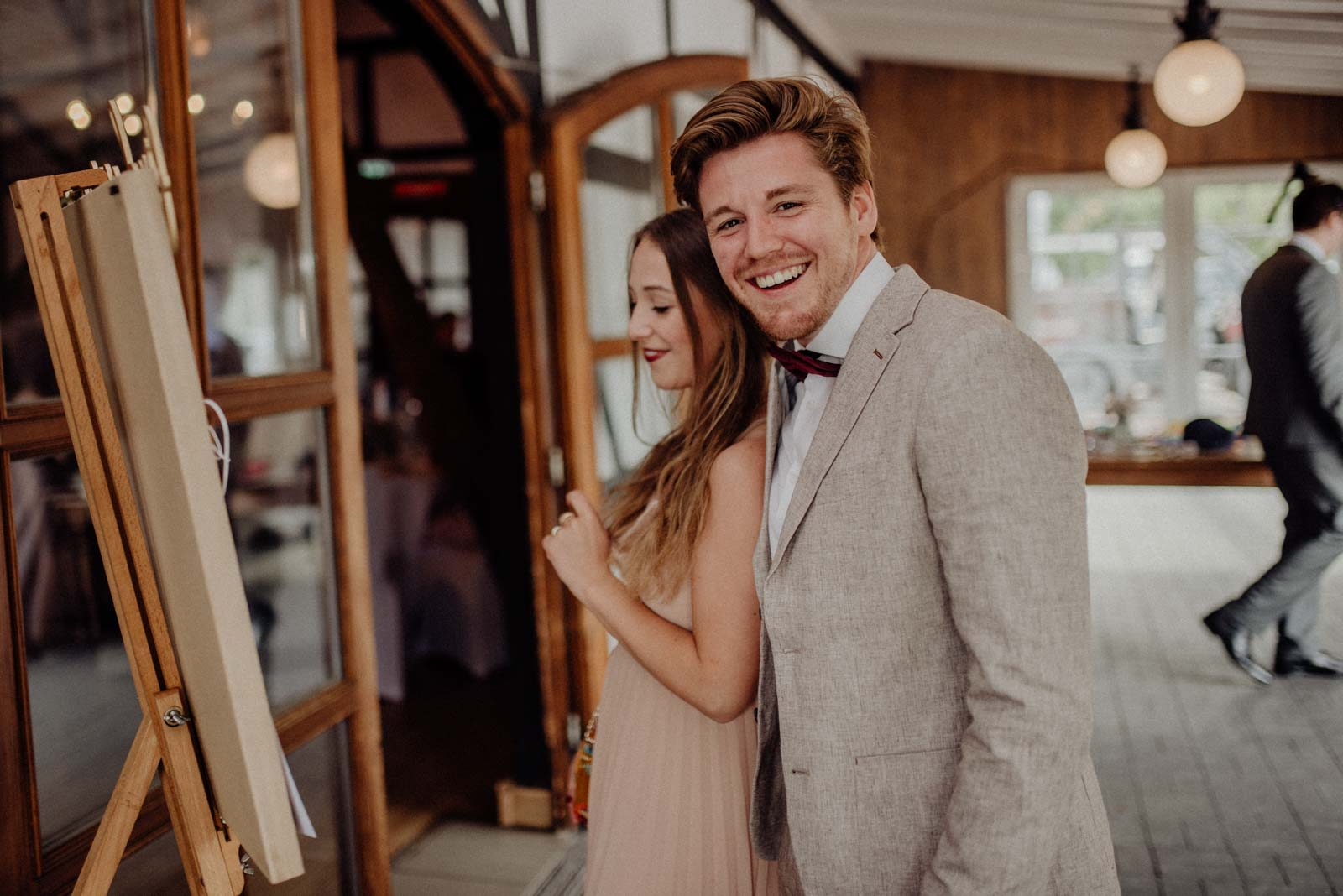 Paar schaut asich Sitzplan auf einer Hochzeit im Golfhotel Vesper an