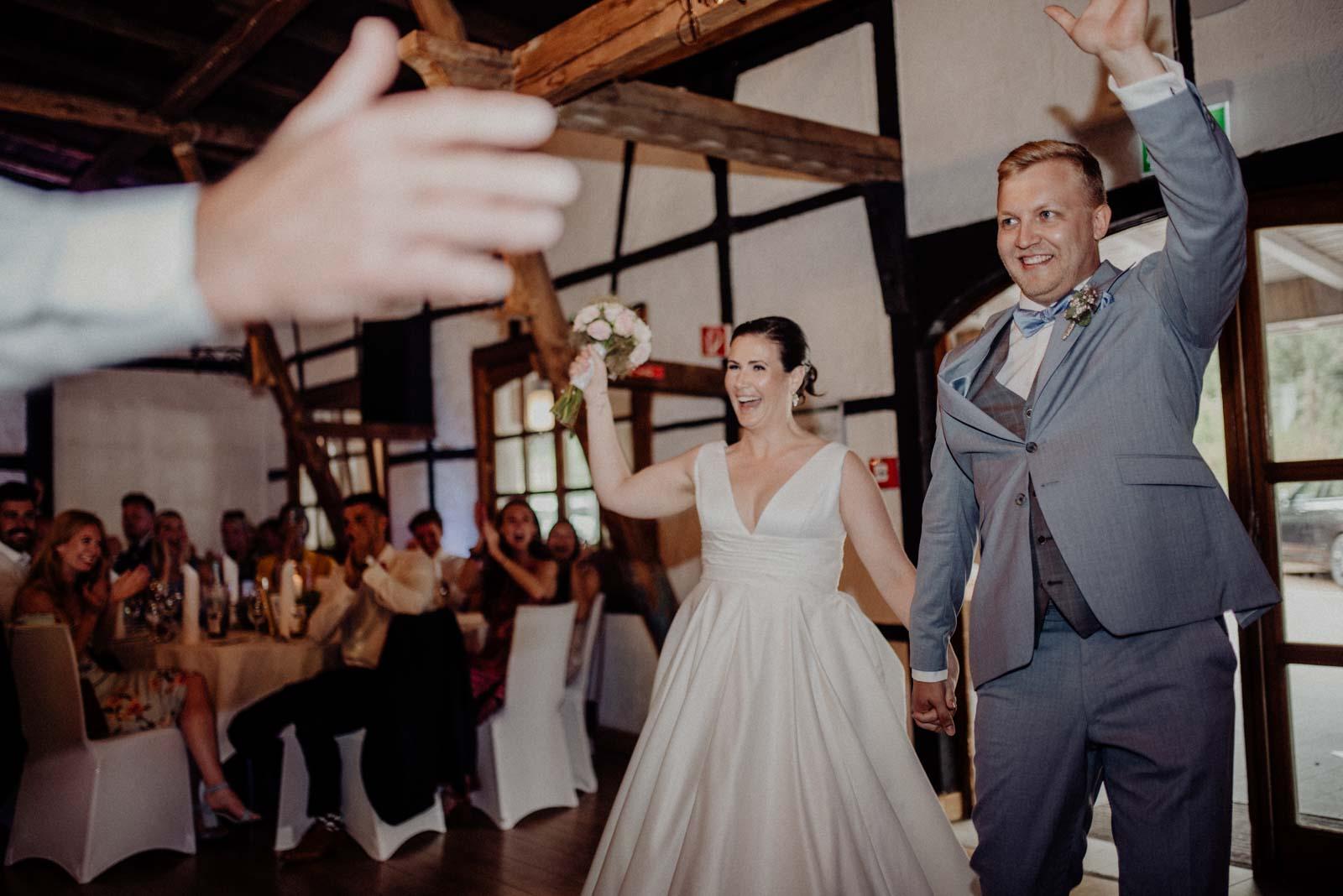 Einzug des Brautpaares in die Partyscheune