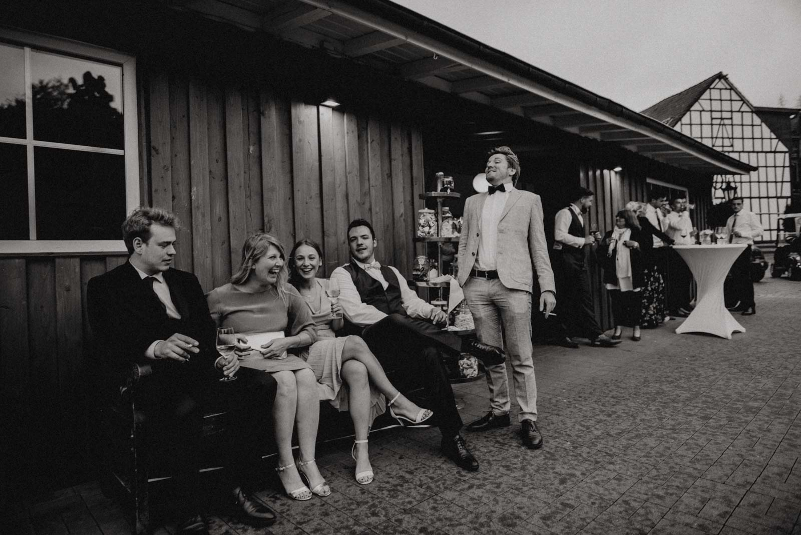Hochzeitsgesellschaft vor der Partyscheune des Golfhotel Vesper