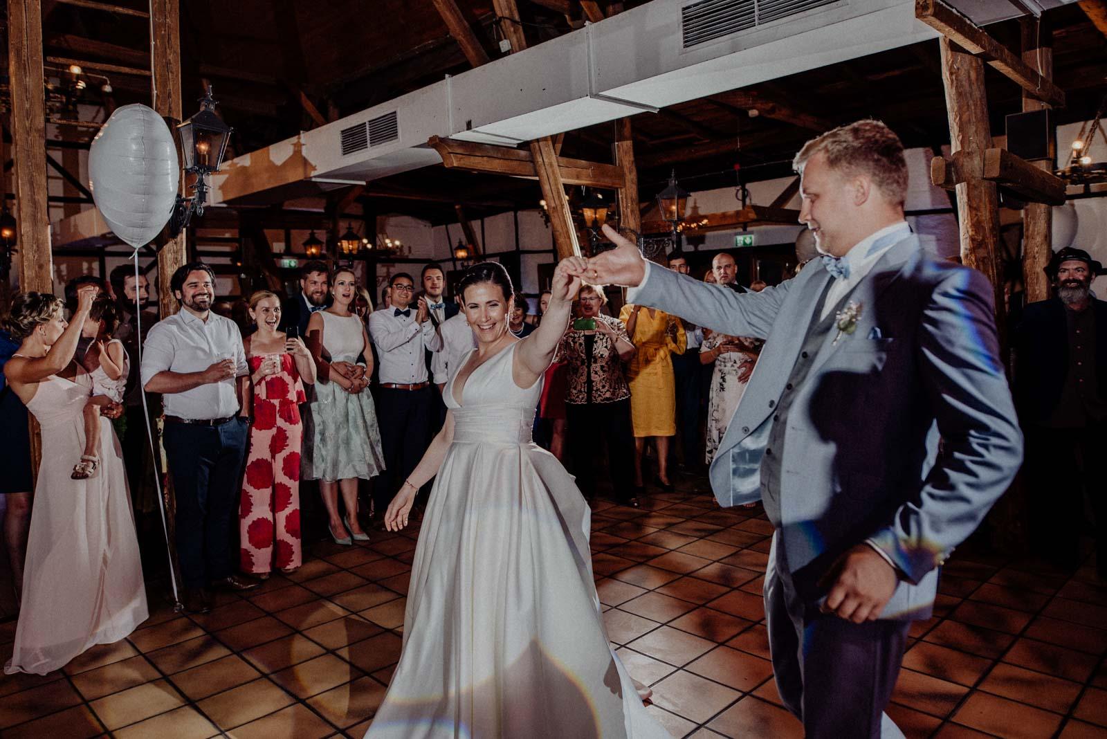 Braut und Braeutigam betreten die Tanzflesche für den Eroeffnungstanz